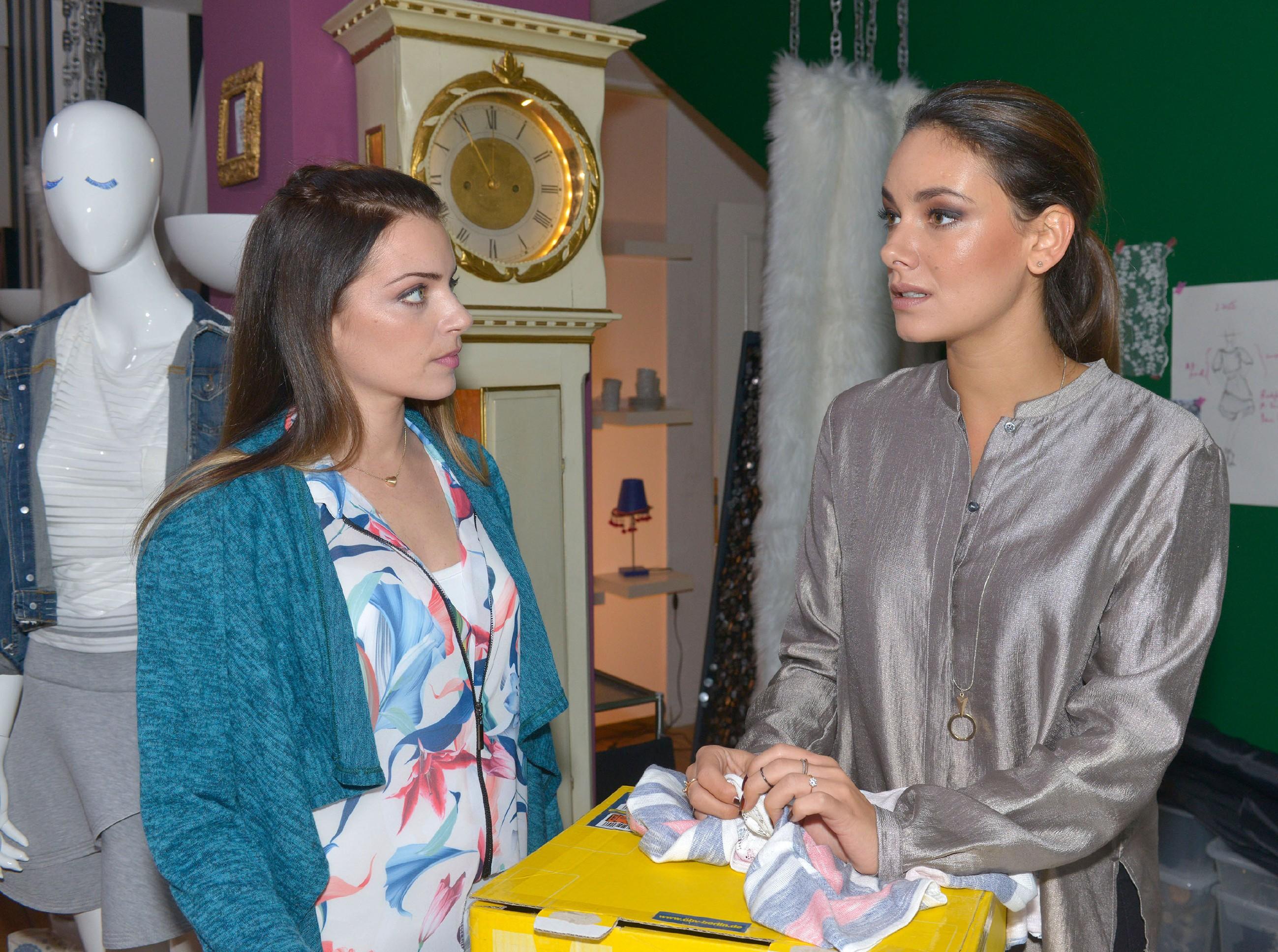 Jasmin (Janina Uhse, r.) erklärt Emily (Anne Menden), dass sie mit allen Mitteln um Frederic kämpfen will. (Quelle: RTL / Rolf Baumgartner)