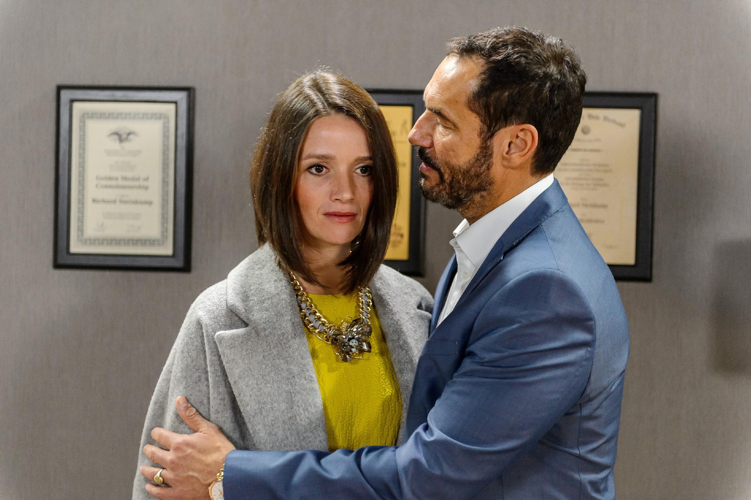 Richard (Silvan-Pierre Leirich) appelliert an Jenny (Kaja Schmidt-Tychsen), ihren Hass gegen Veit zu überwinden, damit nicht wieder alles von vorne losgeht. (Quelle: RTL / Willi Weber)