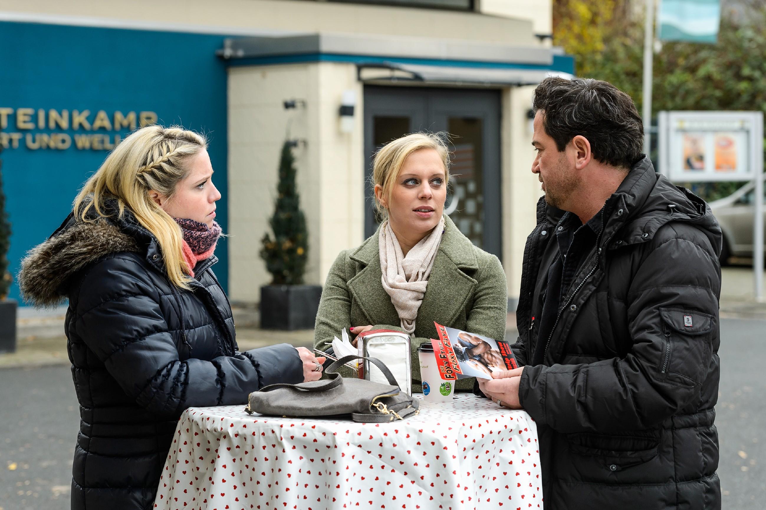 Gemeinsam mit Bea (Caroline Maria Frier, l.) und Lena (Juliette Greco) wirbt Marian (Sam Eisenstein) vor dem Zentrum für die Stripshow, auf deren Einnahmen er baut, um damit seinen Betrug zu vertuschen. (Quelle: RTL / Willi Weber)