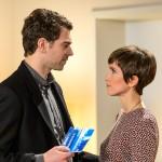 Veit (Carsten Clemens) lässt Pia (Isabell Horn) in dem Glauben, dass er die Drogen entsorgen wird. (Quelle: RTL / Willi Weber)