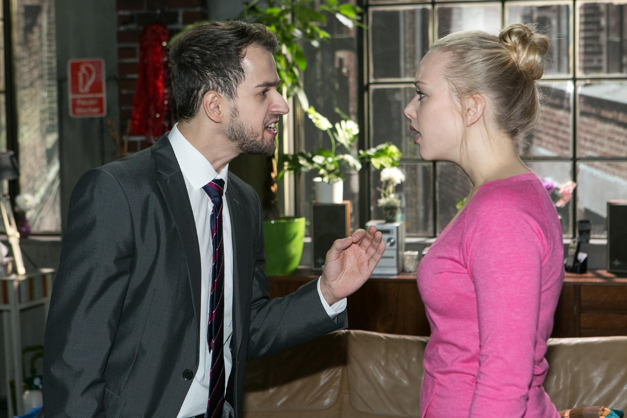 Marie (Judith Neumann) ist völlig überrumpelt, als Tobi (Michael Jassin) ihr überraschend seine Gefühle gesteht... (Quelle: RTL / Kai Schulz)