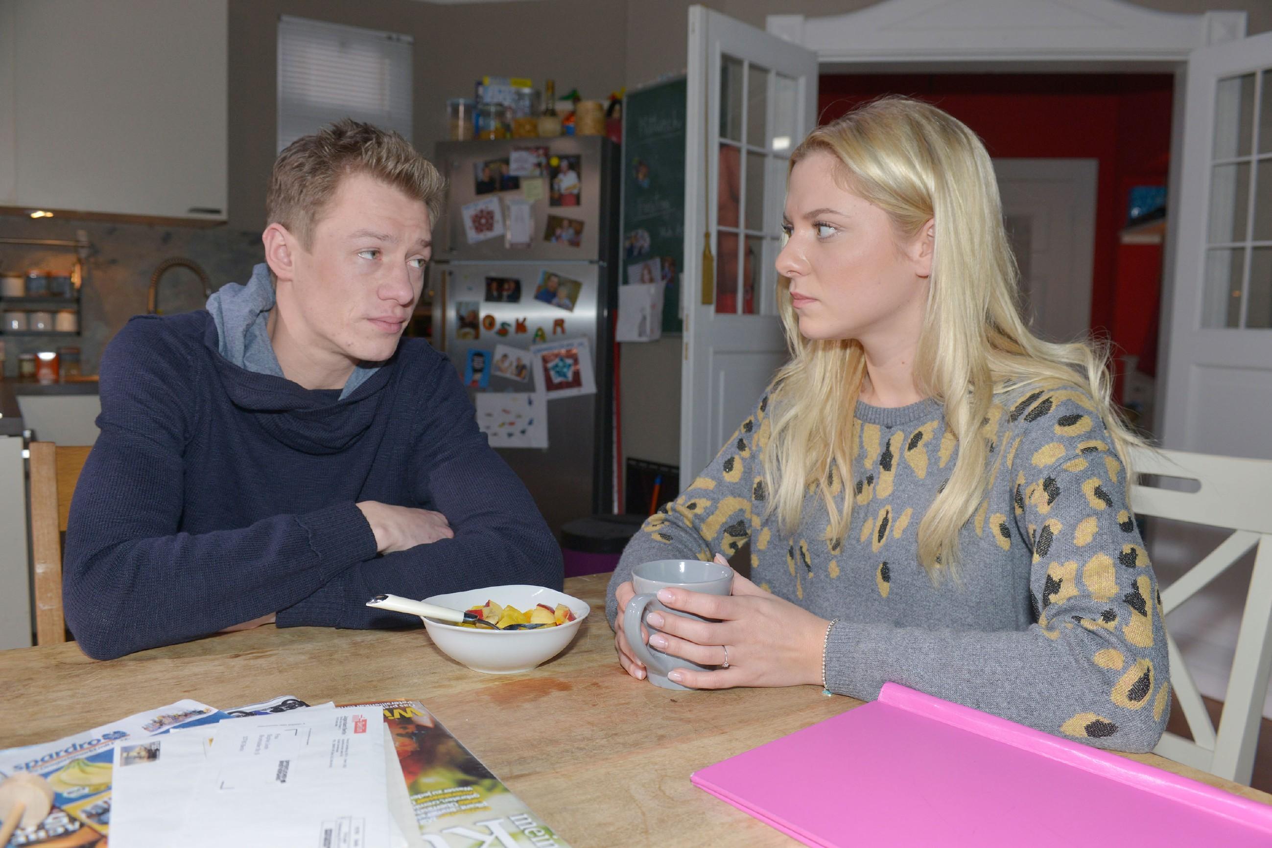 Sunny (Valentina Pahde) erfährt, dass Vince (Vincent Krüger) seinen Job im Mauerwerk geschmissen hat.
