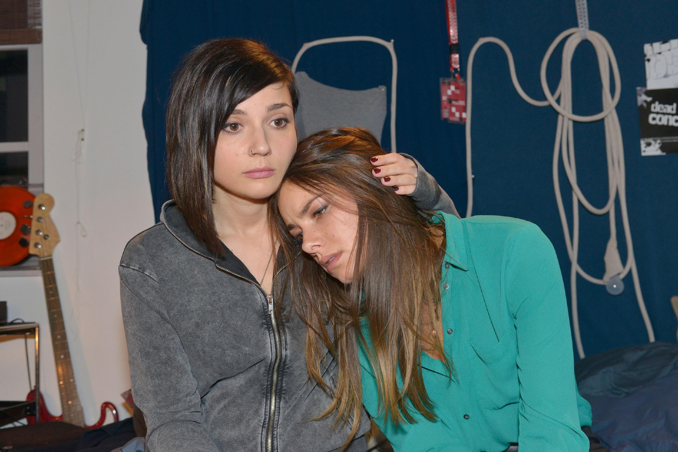Anni (Linda Marlen Runge, l.) versucht, Jasmin (Janina Uhse) in ihrer Ohnmacht aufzufangen, während diese immer mehr das Ausmaß von Frederics Handeln begreift... (Quelle: RTL / Rolf Baumgartner)