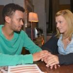 Lilly (Iris Mareike Steen) und Amar (Thando Walbaum) überlegen, wie sie ihr Projekt mit der Sozialstation voranbringen können. (Quelle: RTL / Rolf Baumgartner)