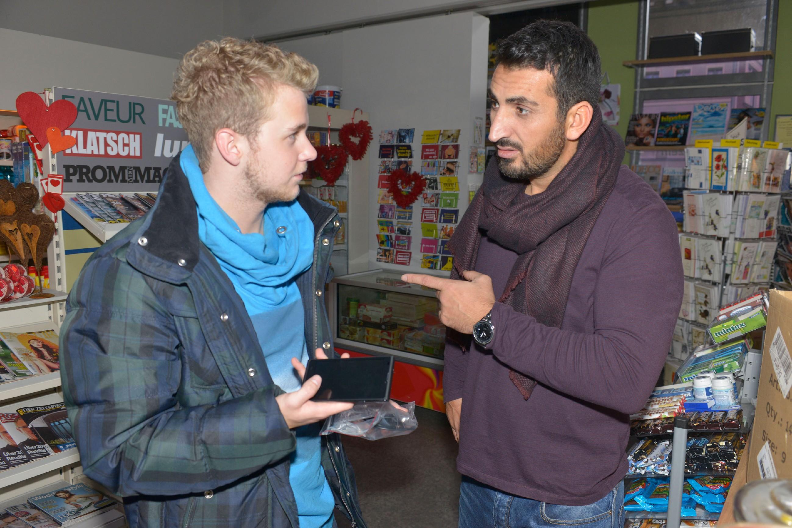 Mesut (Mustaf Alin, r.) warnt Jonas (Felix van Deventer) davor, mit den gefakten Handys zu handeln. (Quelle: RTL / Rolf Baumgartner)