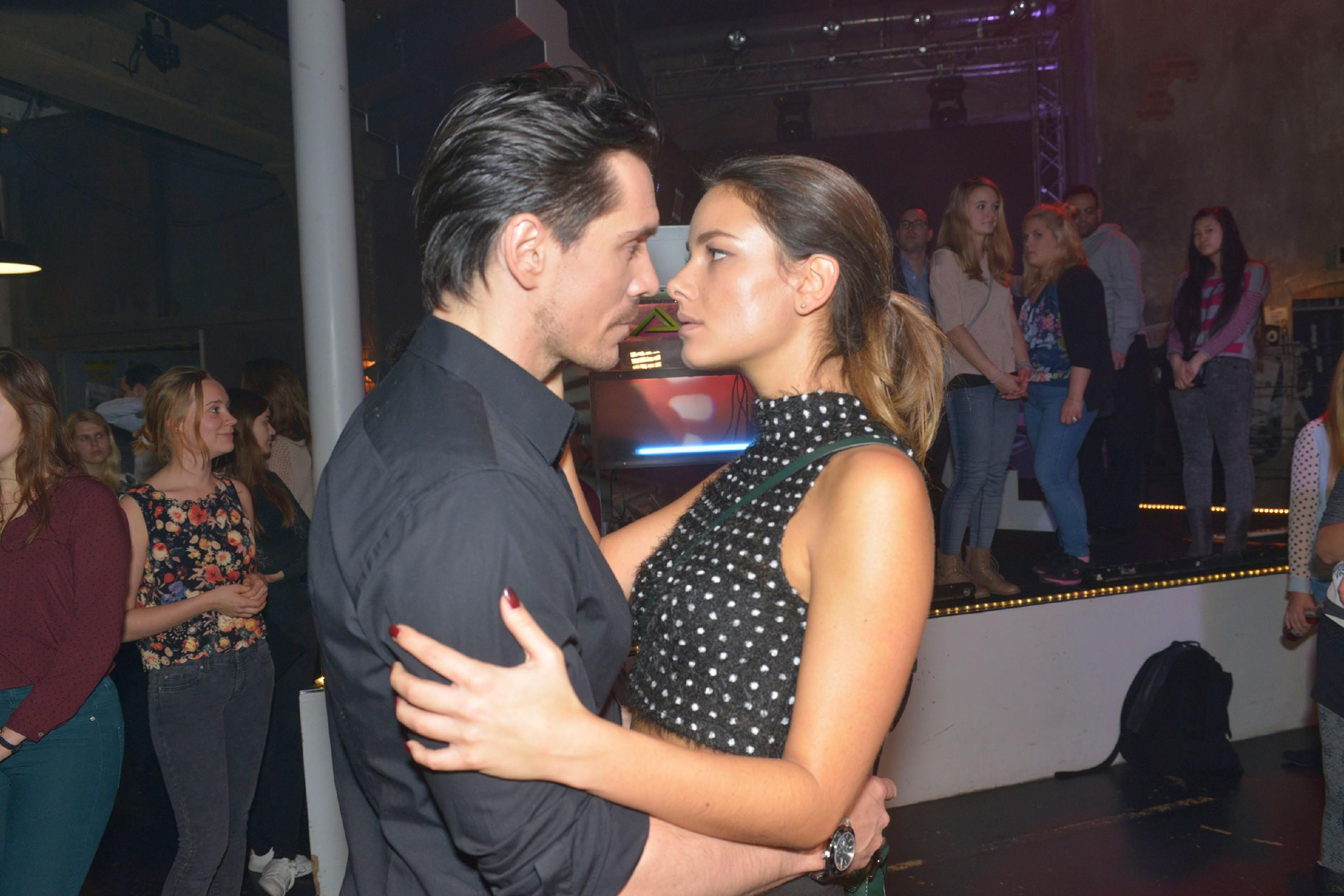 In ihrer Verzweiflung sucht Jasmin (Janina Uhse) augerechnet bei David (Philipp Christopher) Ablenkung... (Quelle: RTL / Rolf Baumgartner)