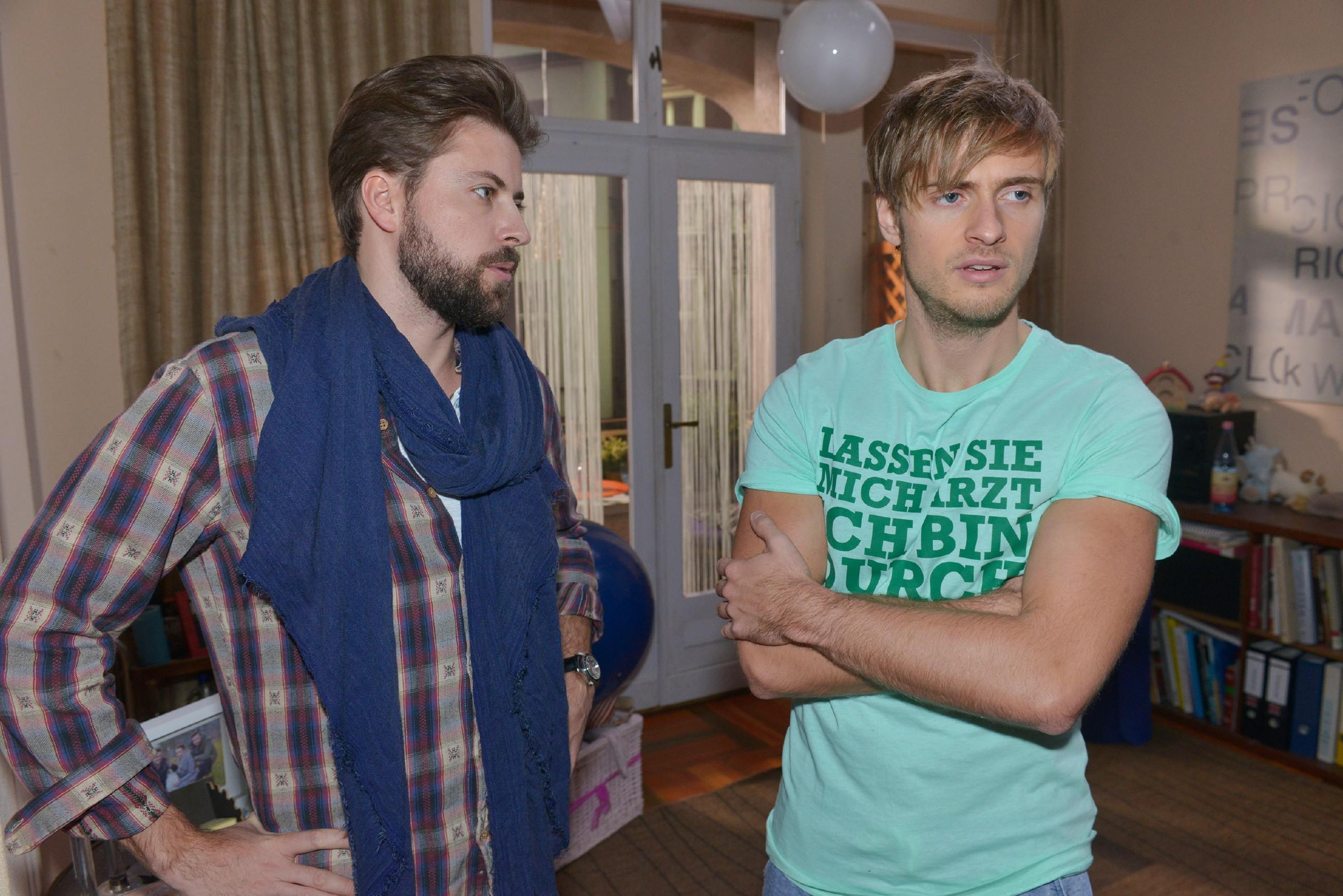 John (Felix von Jascheroff, l.) bekommt mit, wie sehr es Philip (Jörn Schlönvoigt) zusetzt, dass niemand mehr etwas mit ihm zu tun haben will. (Quelle: RTL / Rolf Baumgartner)