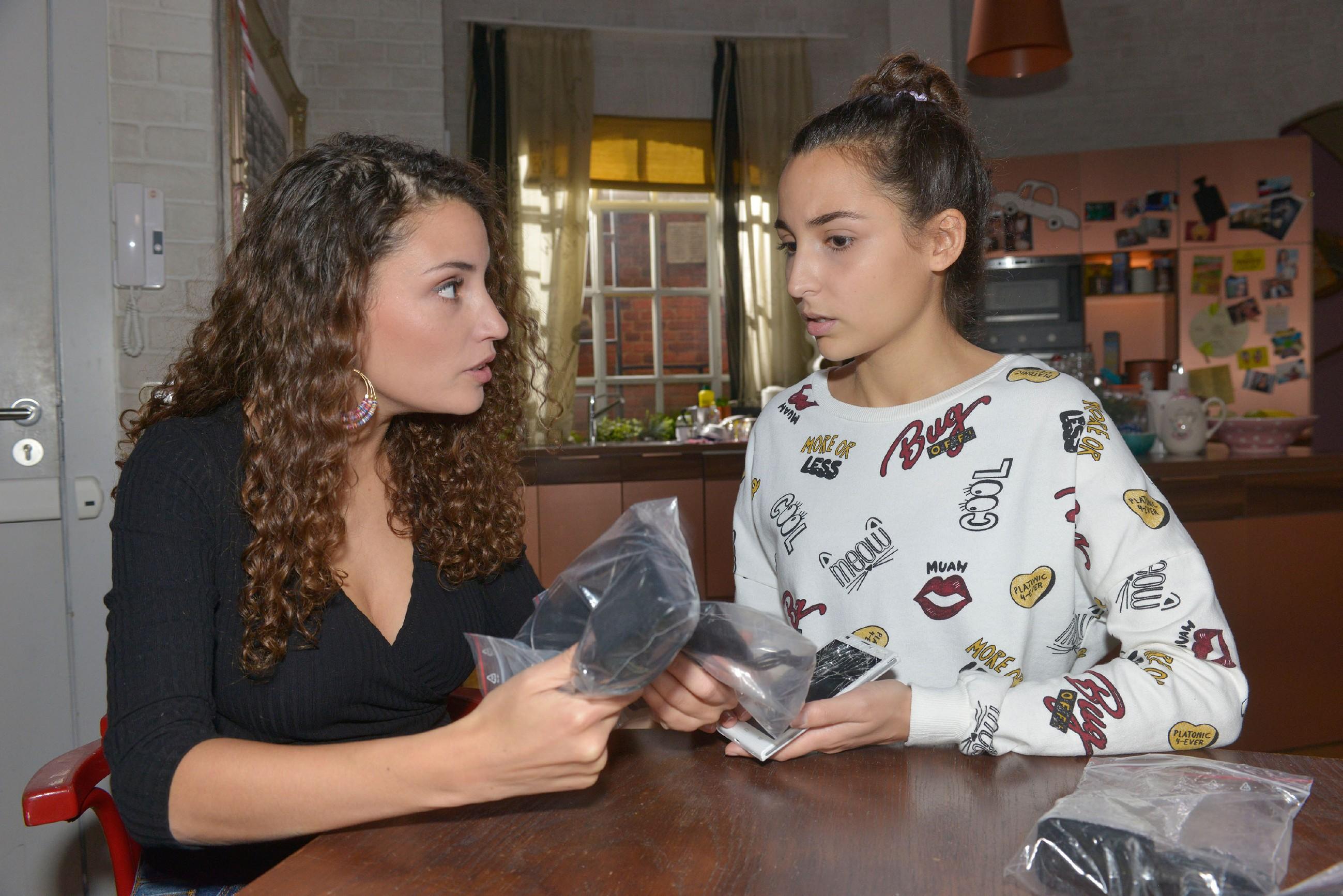Selma (Rona Özkan, r.) droht mit dem Handy-Handel vor Ayla (Nadine Menz) aufzufliegen... (Quelle: RTL / Rolf Baumgartner)
