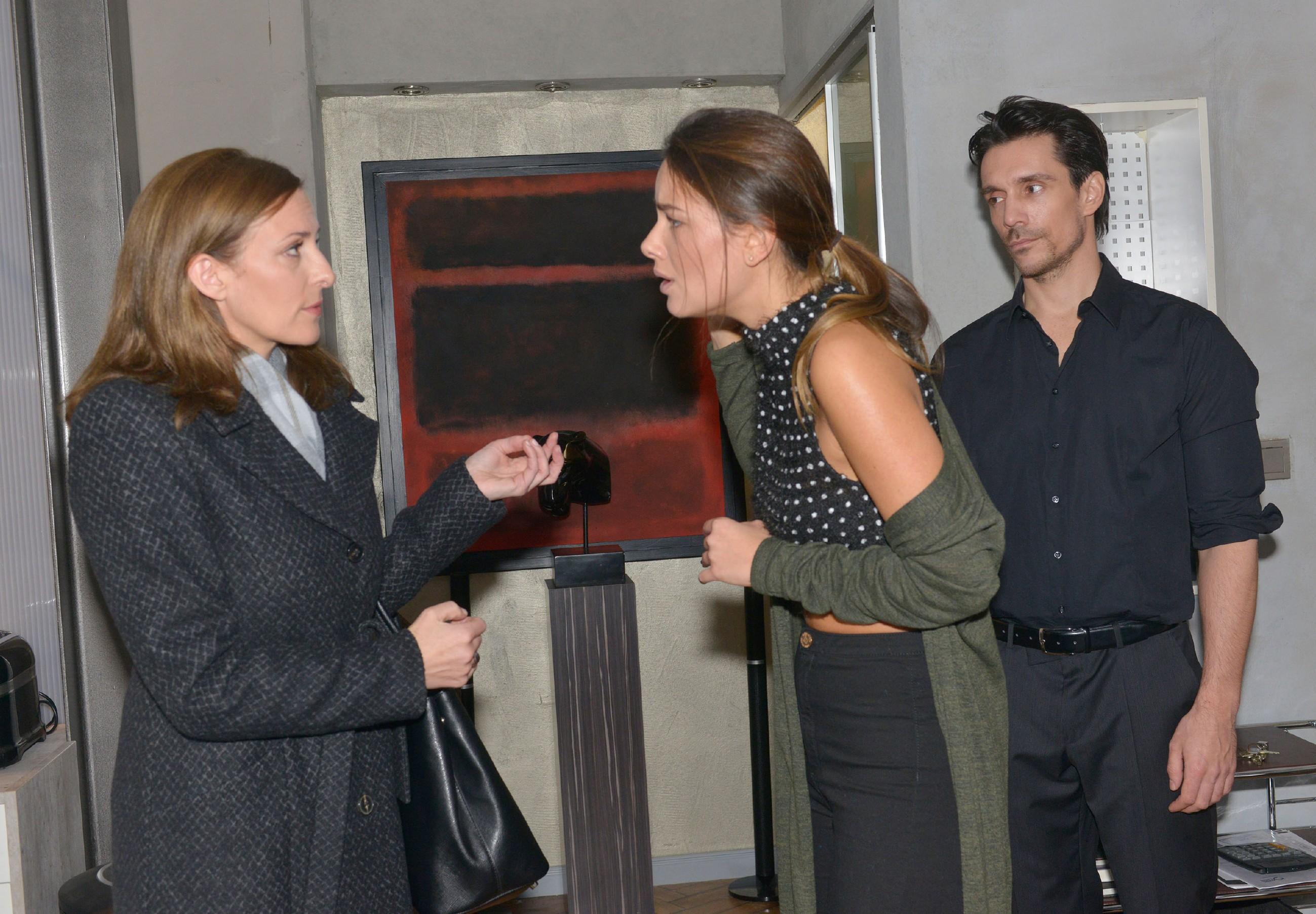 Nachdem der überforderte David (Philipp Christopher) Katrin (Urike Frank, l.) gerufen hat, will Jasmin (Janina Uhse) von deren Hilfe nichts wissen. (Quelle: RTL / Rolf Baumgartner)
