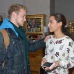 Jonas (Felix van Deventer) ist erleichtert, dass Selma (Rona Özkan) verhindern konnte, vor Ayla mit dem Verkauf der Fake-Handys aufzufliegen. (Quelle: RTL / Rolf Baumgartner)