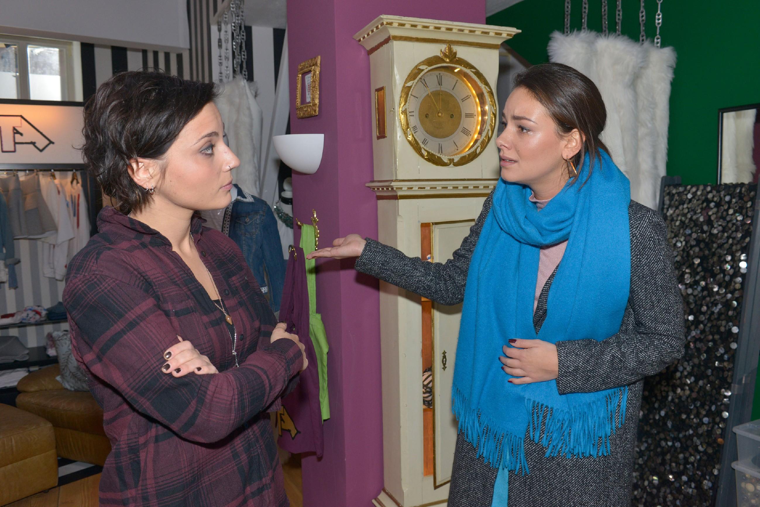 Anni (Linda Marlen Runge, l.) schafft es nicht, zu der verzweifelten Jasmin (Janina Uhse), die dem Thema Frederic einfach nicht entkommen kann, durchzudringen. (Quelle: RTL / Rolf Baumgartner)