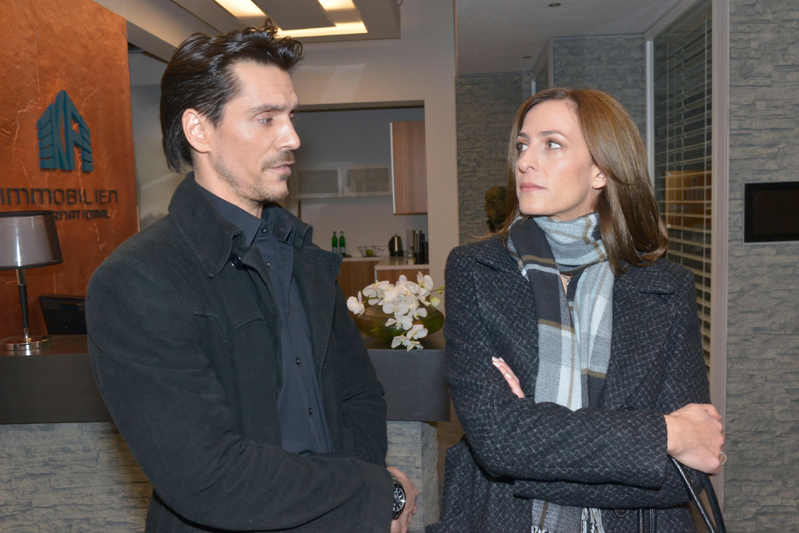 Katrin (Ulrike Frank) blockt Davids (Philipp Christopher) Erpressungsversuch entschieden ab, muss aber fürchten, dass er Beweise dafür hat, dass sie etwas mit Frederics Verschwinden zu tun hat. (Quelle: RTL / Rolf Baumgartner)