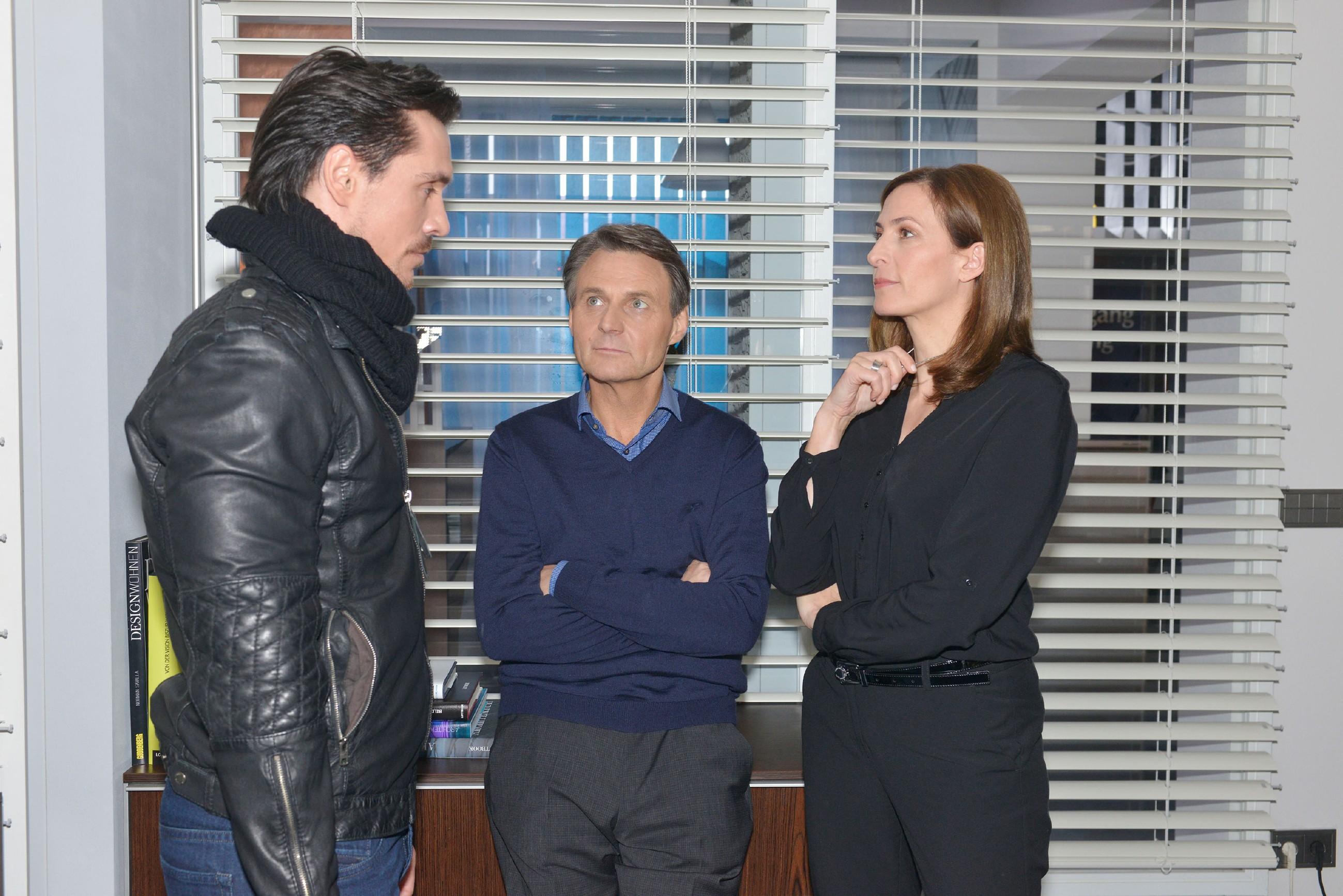 David (Philipp Christopher, l.) ist sich sicher, mit seinem Erpressungsversuch bei Gerner (Wolfgang Bahro) und Katrin (Ulrike Frank) kurz vor dem Ziel zu sein. (Quelle: RTL / Rolf Baumgartner)