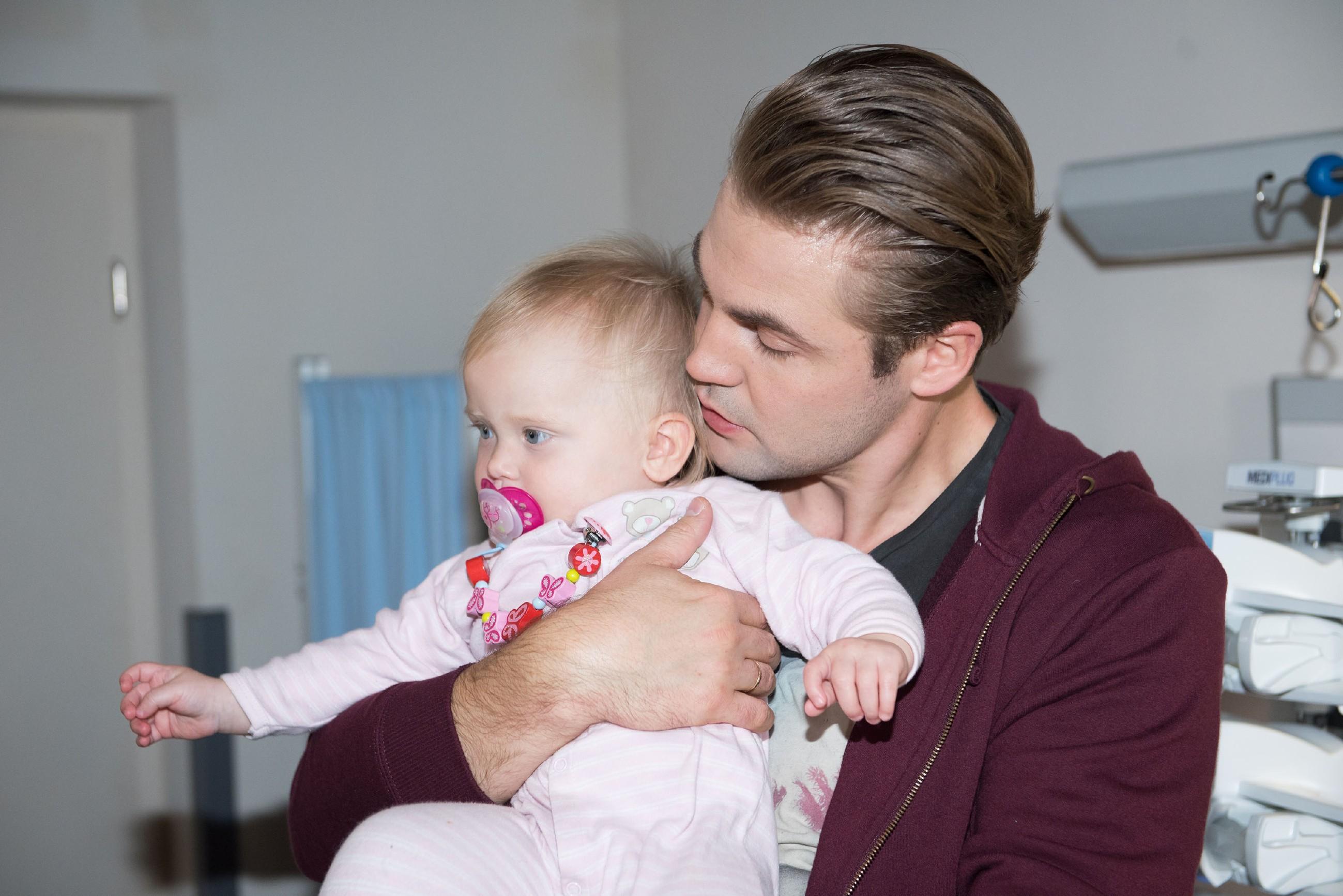 Bambi (Benjamin Heinrich) verspricht seiner Tochter Amelie (Pia Kliesow), sie niemals im Stich zu lassen. (Quelle: RTL / Stefan Behrens)
