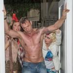 Britta (Tabea Heynig, l.) und Jule (Amrei Haardt) bugsieren den völlig betrunkenen Rufus (Kai Noll) nach Hause und Britta stellt ernüchtert fest, dass ihr wohl eine anstrengende Karnevalszeit bevorsteht. (Quelle: RTL / Stefan Behrens)