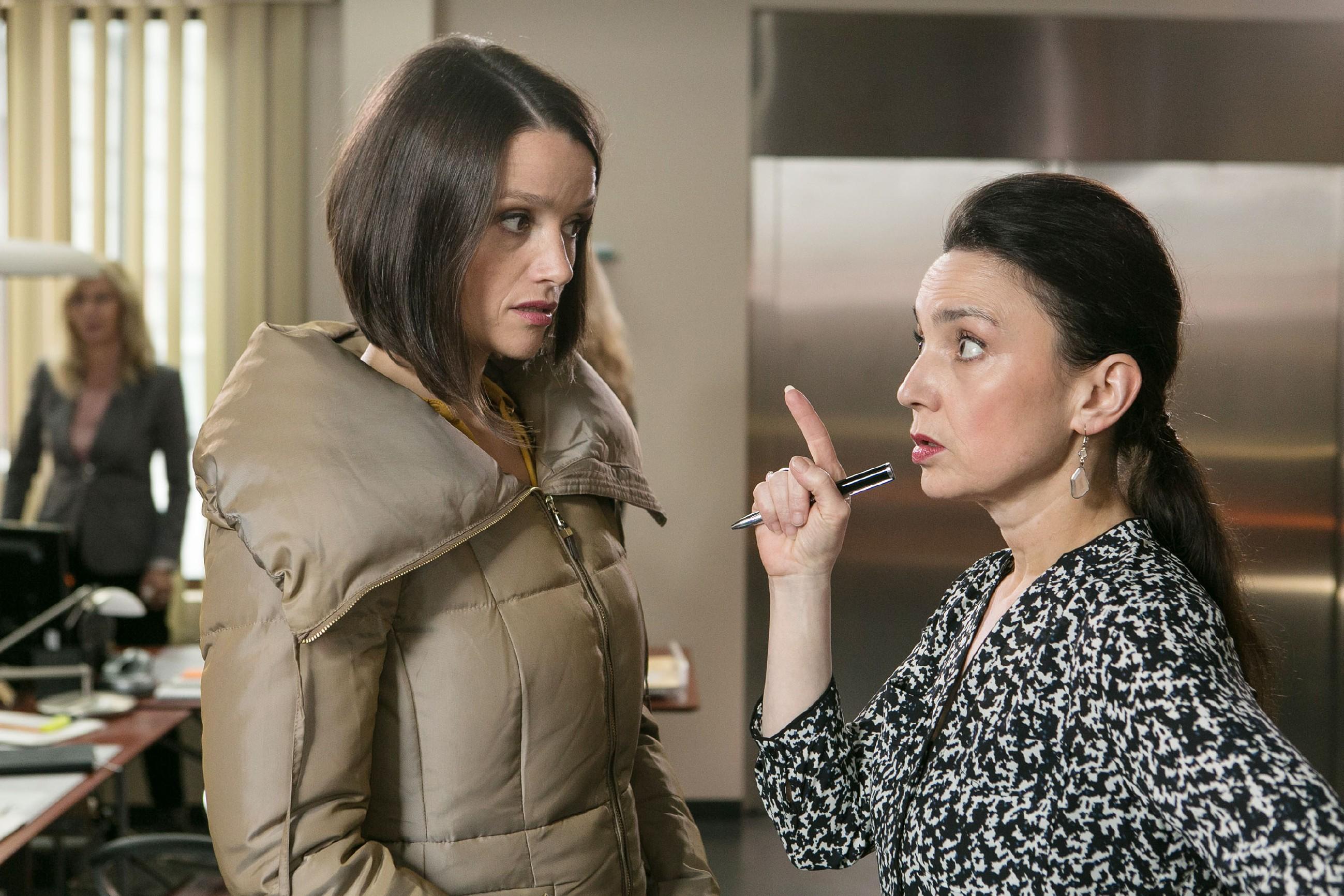 Jenny (Kaja Schmidt-Tychsen, l.) hofft, dass Richard Simone (Tatjana Clasing) von der Eishallen-Idee überzeugt hat. (Quelle: RTL / Kai Schulz)
