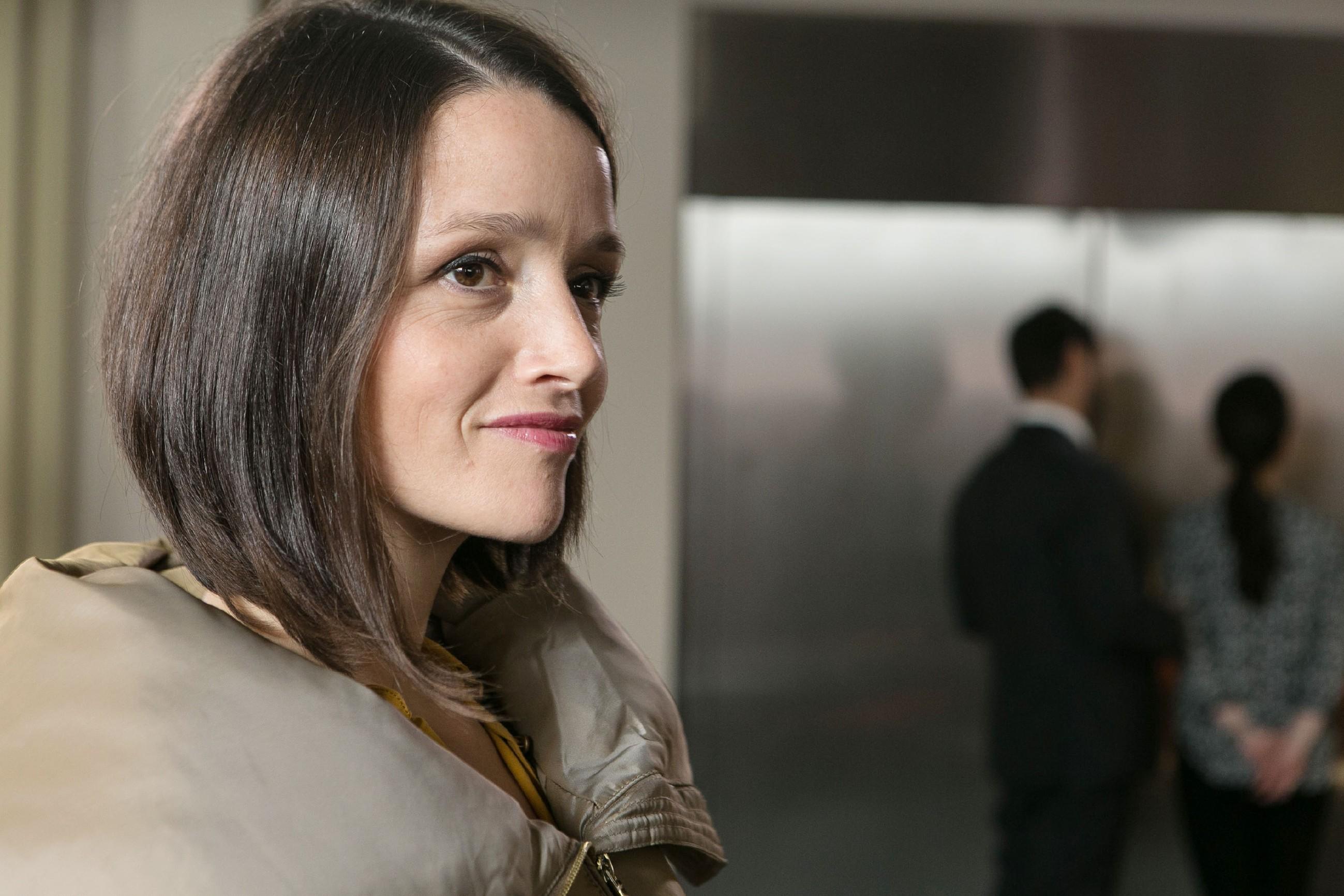 Jenny (Kaja Schmidt-Tychsen) ist glücklich, dass sie ihre Eltern von der Eishallen-Idee überzeugen konnte. (Quelle: RTL / Kai Schulz)