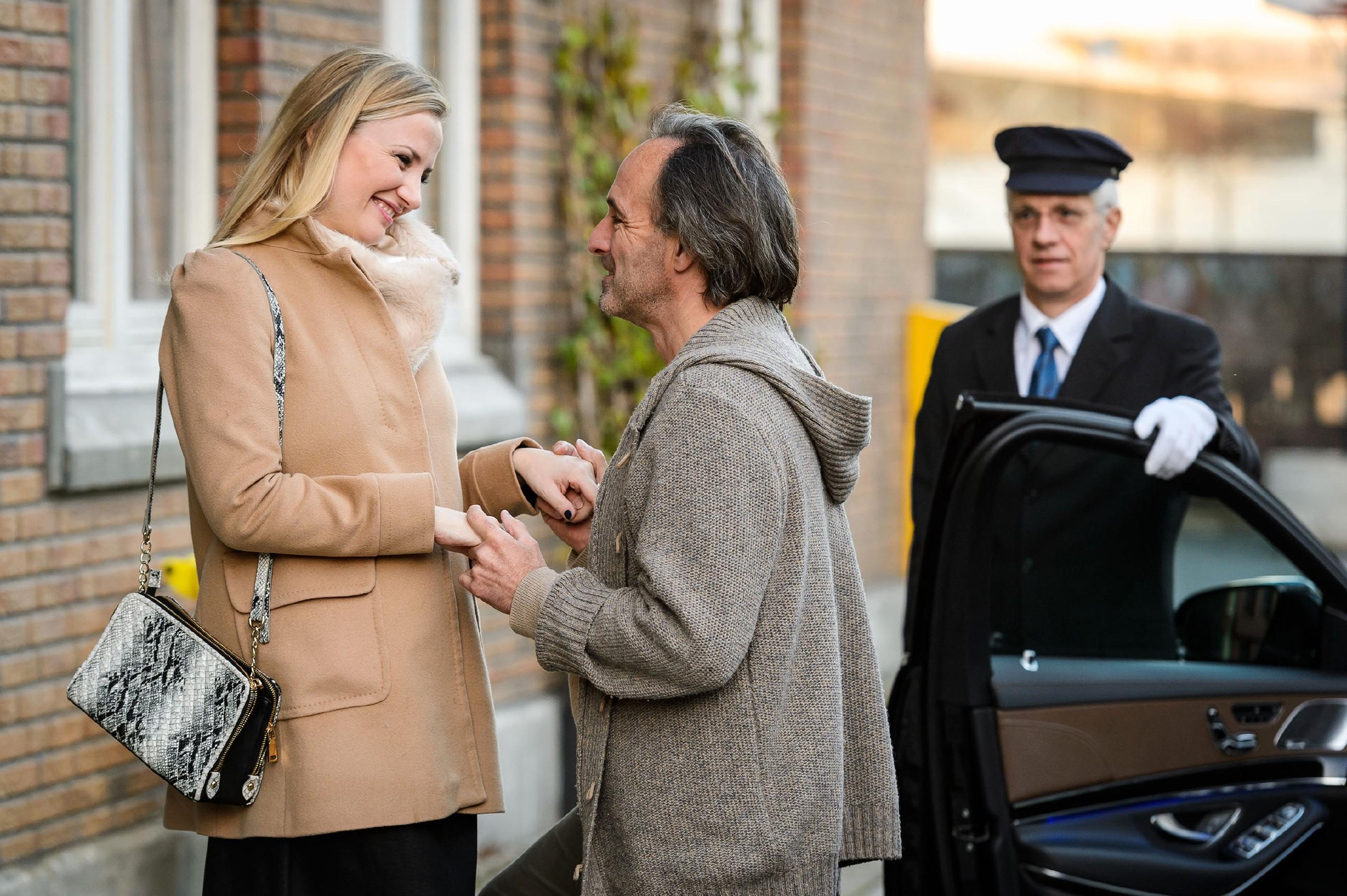 Gerade als Thomas seine Chance bei Isabelle (Ania Niedieck) wahrnehmen will, kommt ihm Johann (Holger Christian Gotha) zuvor, der Isabelle samt Chauffeur (Komparse) abholt. (Quelle: RTL / Willi Weber)