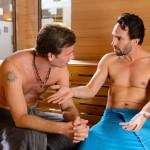 Thomas (Daniel Brockhaus, r.) gibt Christoph (Lars Korten) gegenüber wenig überzeugend vor, dass Isabelle ihm egal ist. (Quelle: RTL / Willi Weber)