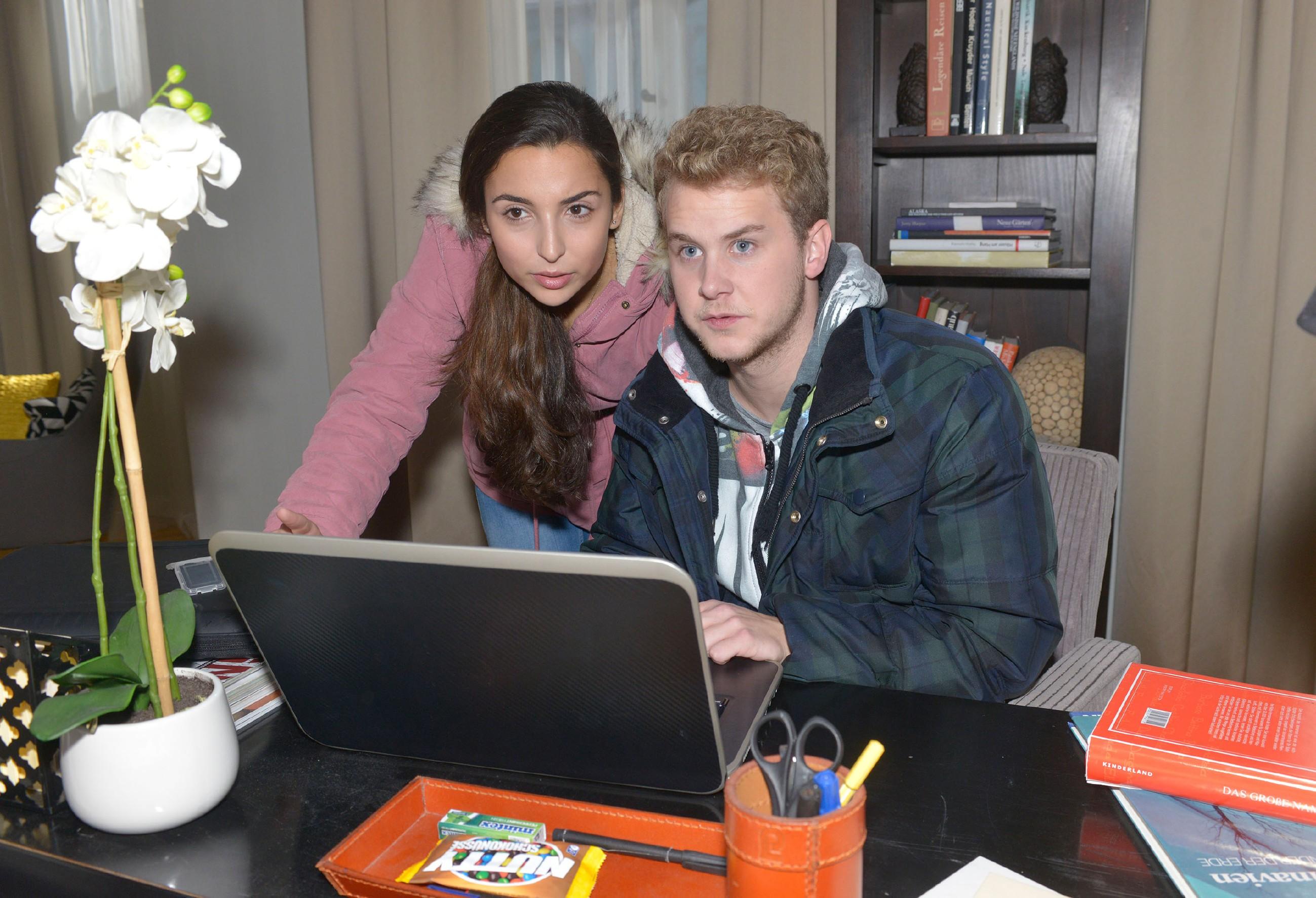 Selma (Rona Özkan) und Jonas (Felix van Deventer) versuchen heimlich die Beweisfotos auf Alexanders Laptop zu löschen. (Quelle: RTL / Rolf Baumgartner)