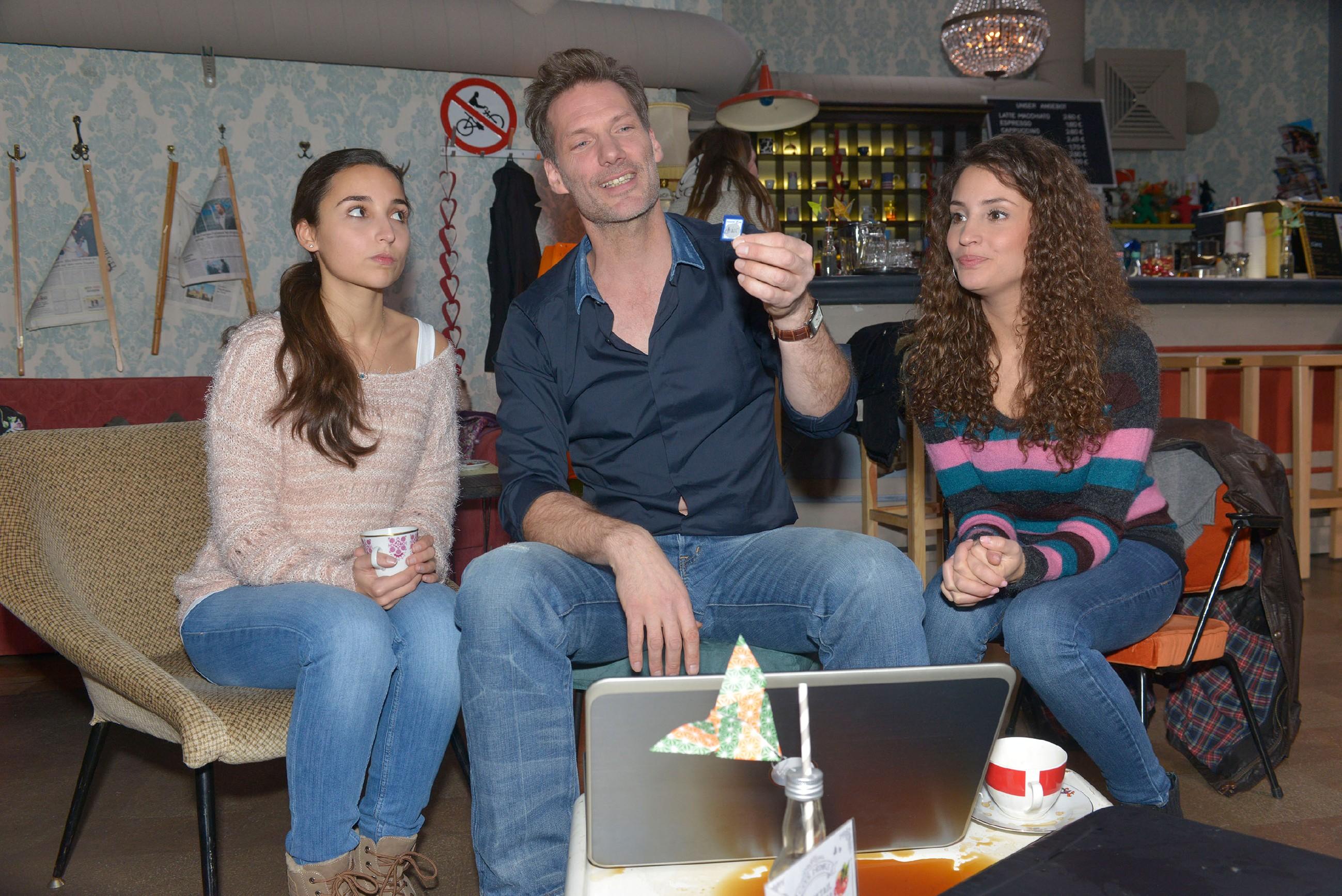Während Alexander (Clemens Löhr) und Ayla (Nadine Menz, r.) froh sind, die Beweisfotos aus dem Mauerwerk gerettet zu haben, fürchtet Selma (Rona Özkan), dass Jonas damit auffliegt... (Quelle: RTL / Rolf Baumgartner)