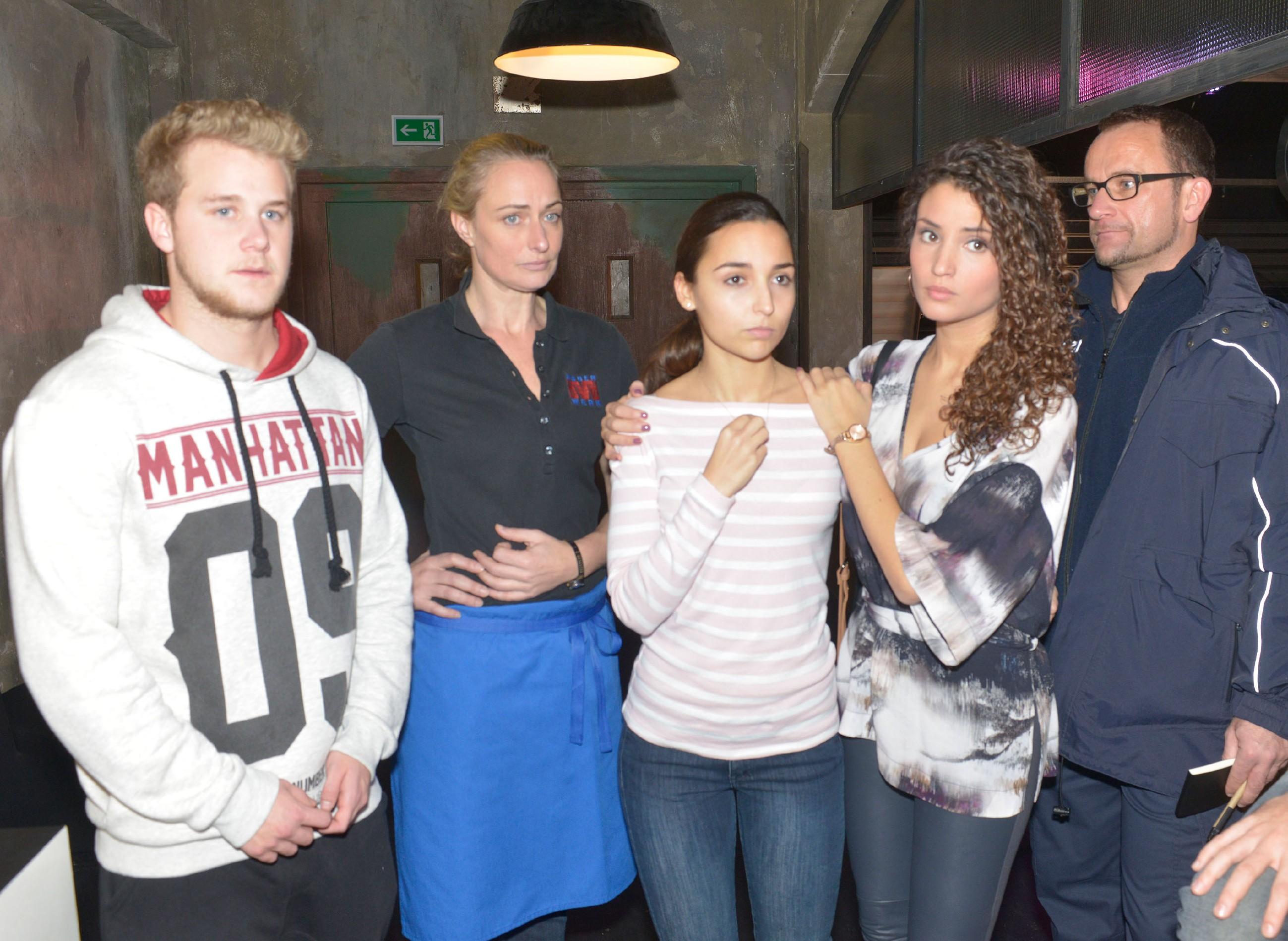 Während Maren (Eva Mona Rodekirchen, 2.v.l.) und Ayla (Nadine Menz, 2.v.r.) Jonas (Felix van Deventer, l.) und Selma (Rona Özkan) beistehen, verstricken die beiden sich bei der Vernehmung durch die Polizei (r. Komparse) in Widersprüche. (Quelle: RTL / Rolf Baumgartner)