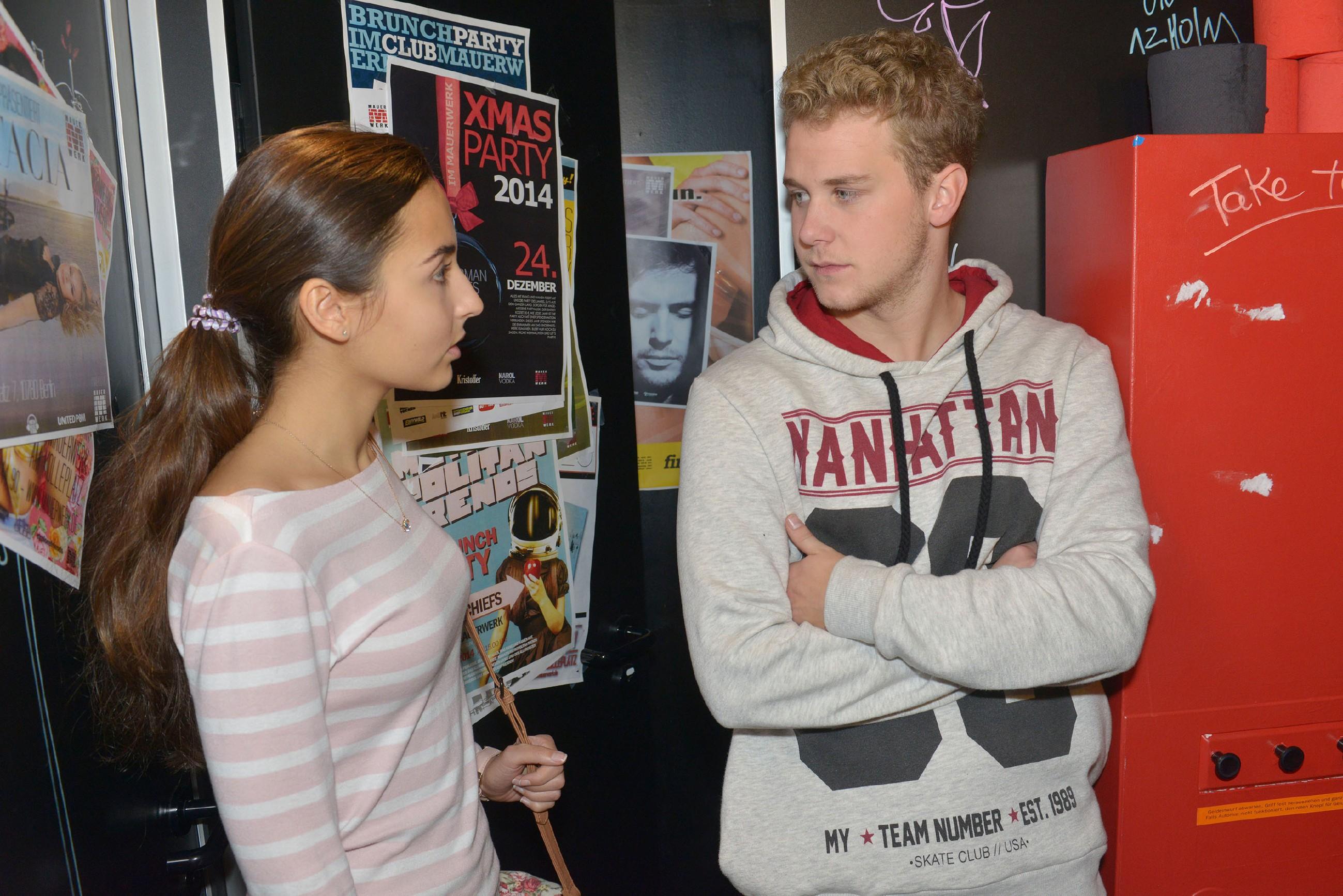 Selma (Rona Özkan) versucht Jonas (Felix van Deventer) davon zu überzeugen, die Wahrheit zu sagen. (Quelle: RTL / Rolf Baumgartner)
