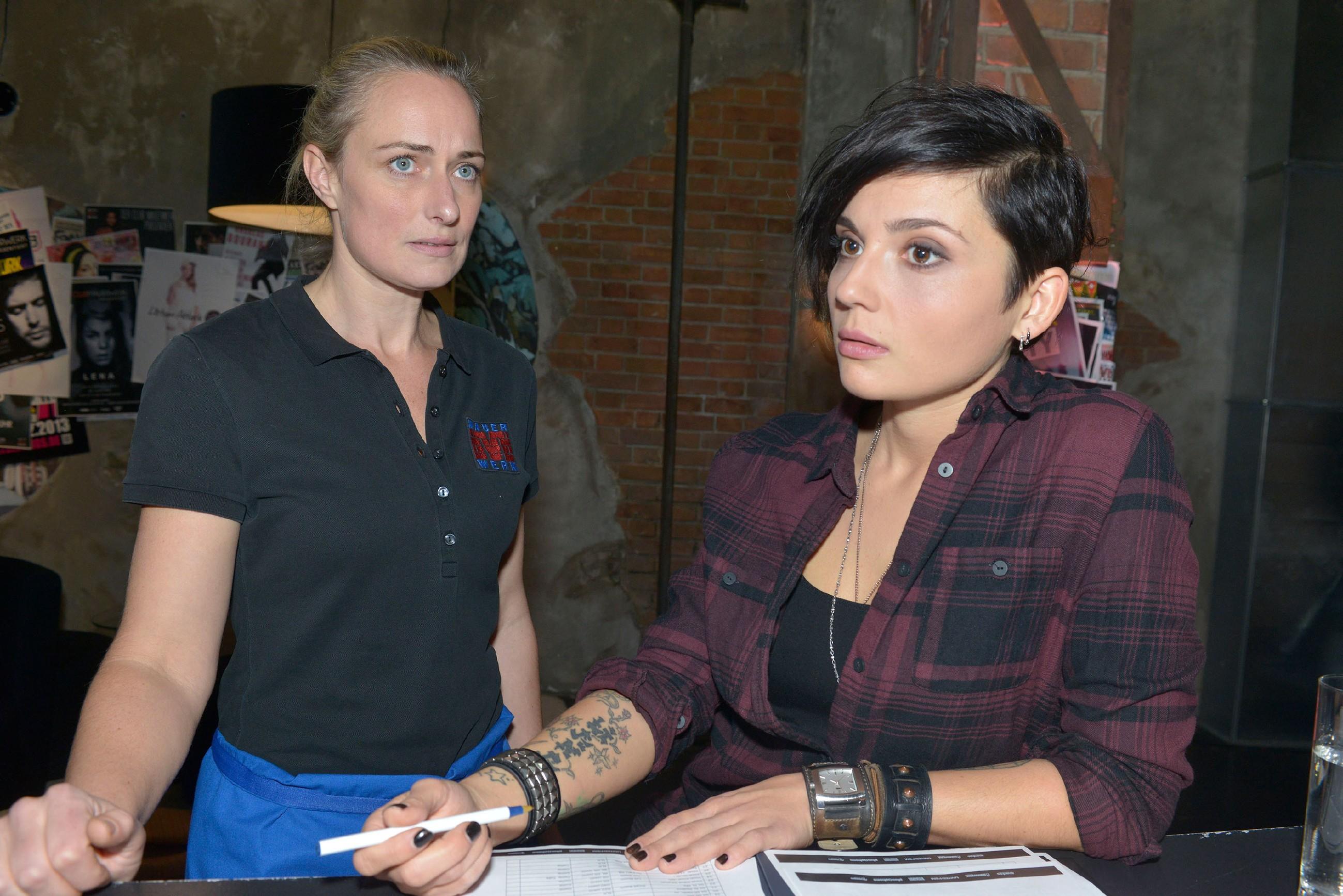 Maren (Eva Mona Rodekirchen, l.) und Anni (Linda Marlen Runge) fällt es schwer, nach den dramatischen Ereignissen zur Tagesordnung überzugehen. (Quelle: RTL / Rolf Baumgartner)