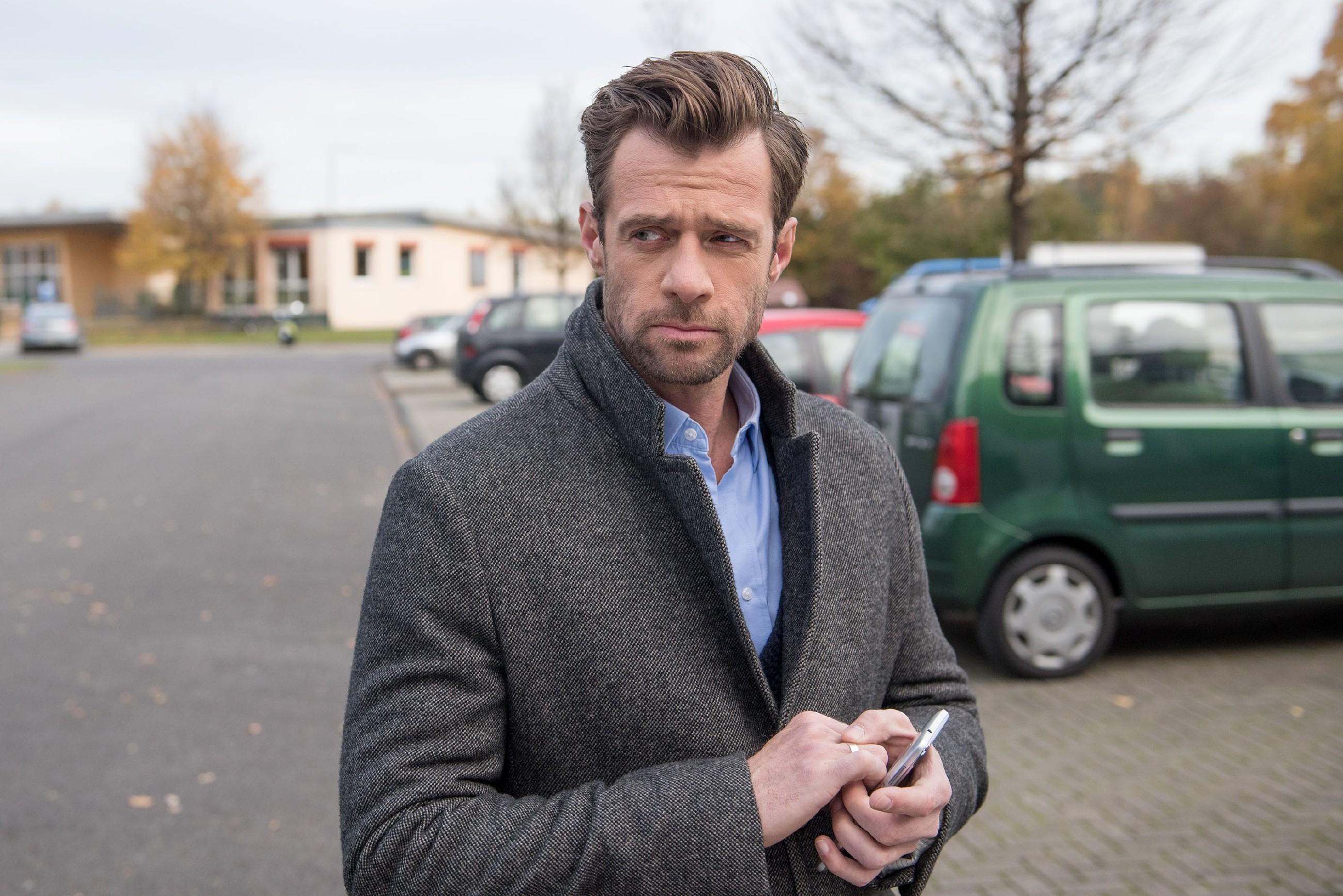Nach ihrer Versöhnung vertraut Fiona (Olivia Burkhart) Easy (Lars Steinhöfel) ihre Sorgen um Rolf an. (Quelle: RTL / Stefan Behrens)