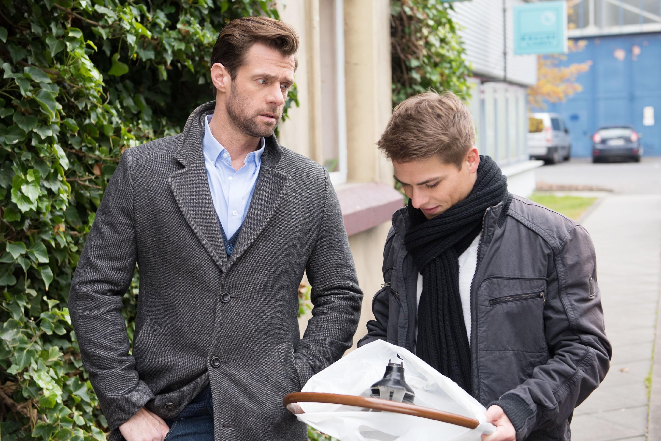 Henning (Benjamin Kiss, l.) lügt Moritz (Marvin Linke) bezüglich seiner Haltung zu Schätzke eiskalt an. (Quelle: RTL / Stefan Behrens)