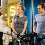 Jenny (Kaja Schmidt-Tychsen, l.) lobt Marie (Judith Neumann) vor Leo (Julian Bayer) für ihr konzentriertes Training für die Eishallen-Eröffnung. (Quelle: RTL / Willi Weber)
