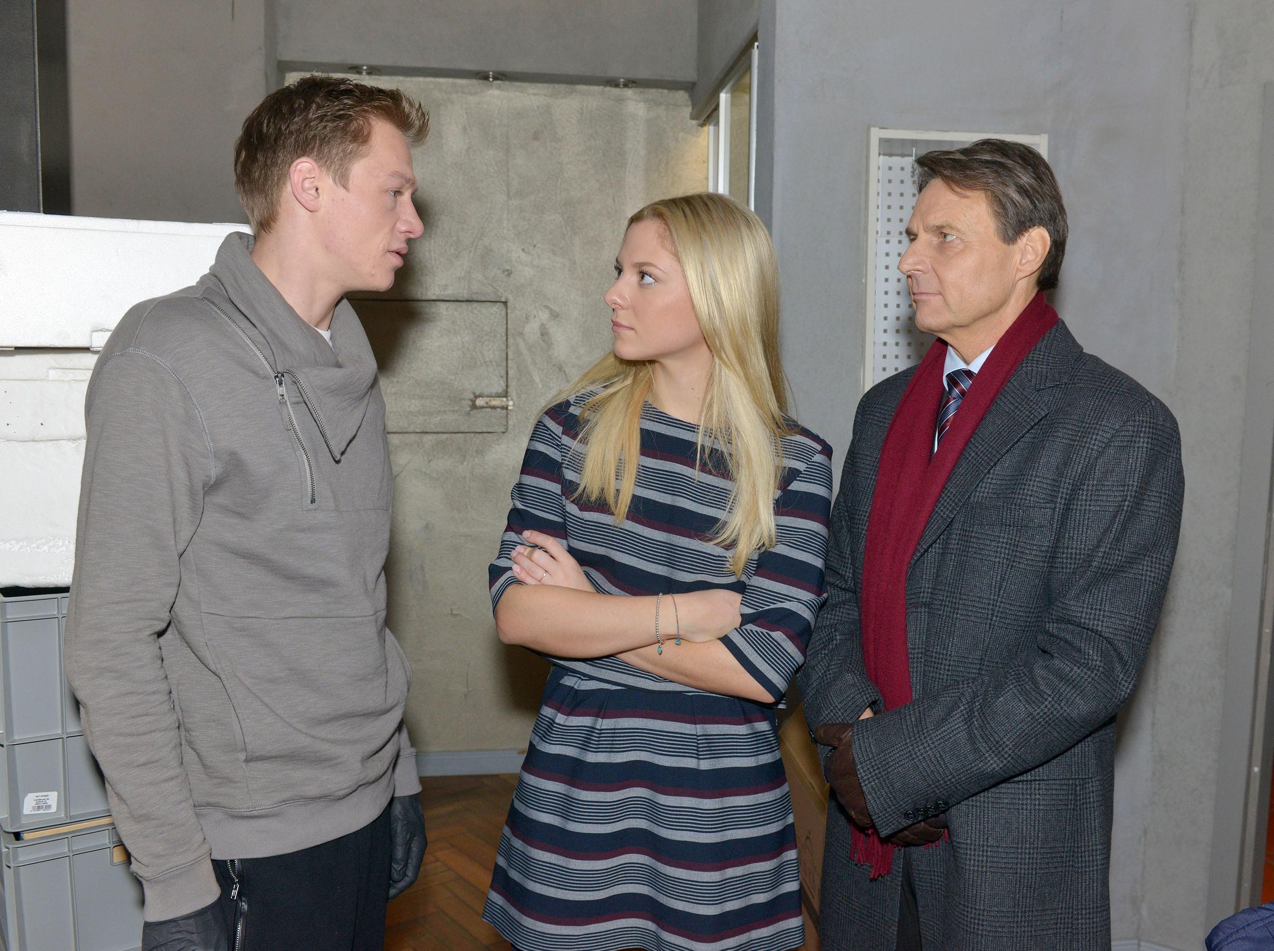 Als Vince (Vincent Krüger, l.) auf ein gut gemeintes Geschenk von Gerner (Wolfgang Bahro) in seiner Anspannung zu schroff reagiert, platzt Sunny (Valentina Pahde) der Kragen...