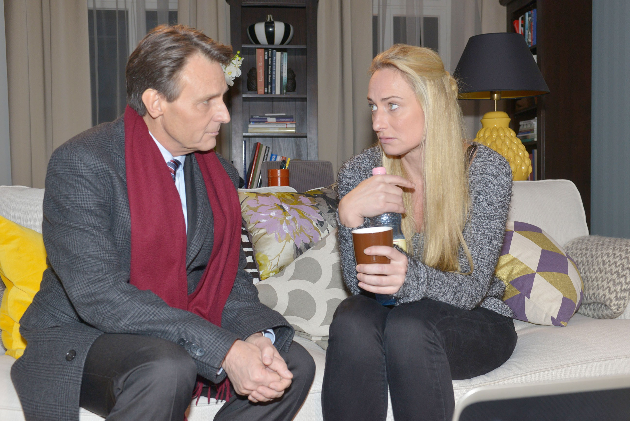 Emily (Anne Menden, r.) ist zu stolz, um vor Sophie (Lea Marlen Woitack, l.) und Jasmin (Janina Uhse) zuzugeben, dass sie mit der Steuerklärung für Tussi Attack überfordert ist. (Quelle:RTL / Rolf Baumgartner)