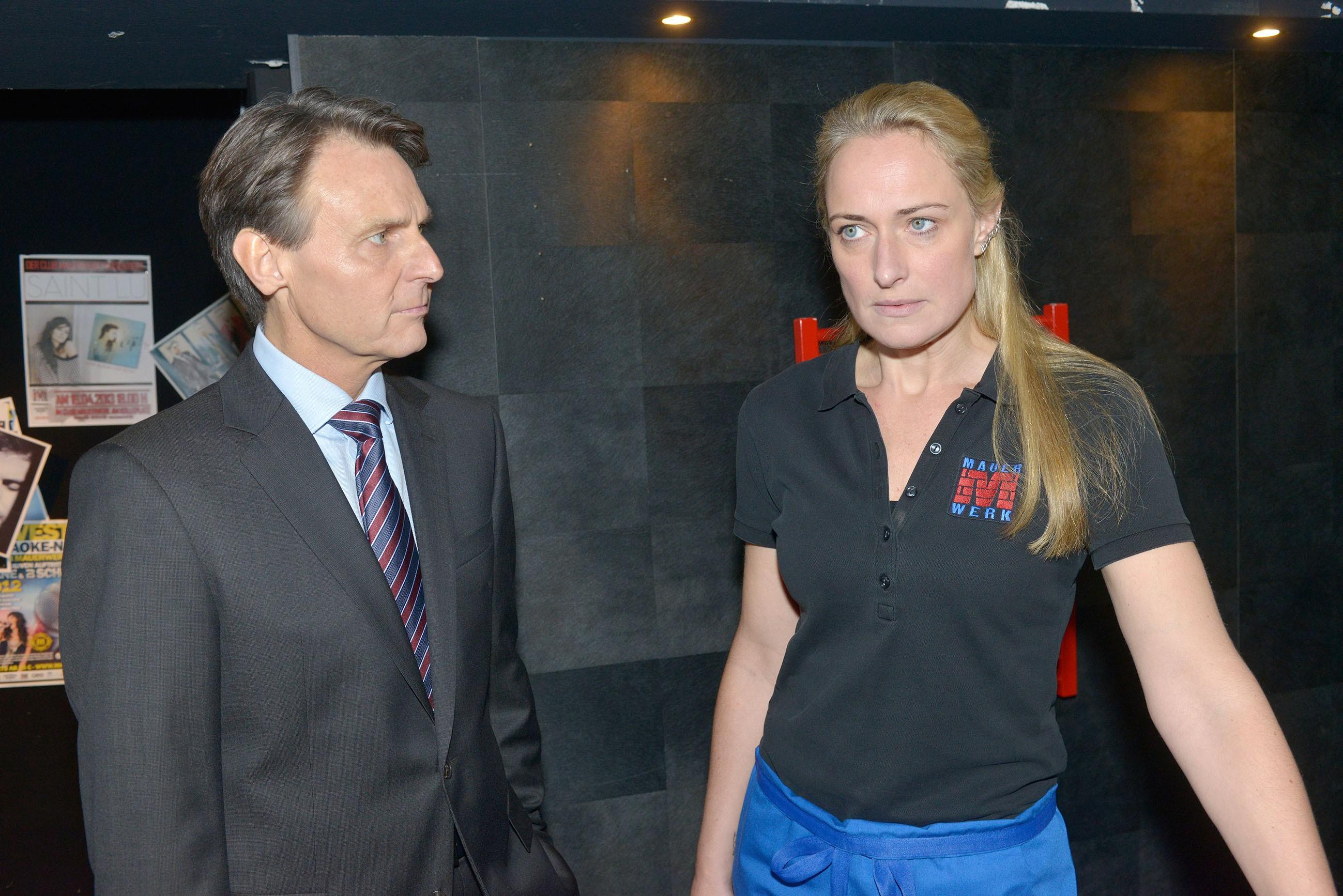 Gerner (Wolfgang Bahro) erkennt, wie sehr Maren (Eva Mona Rodekirchen) gegen ihre Schuldgefühle kämpft. (Quelle:RTL / Rolf Baumgartner)