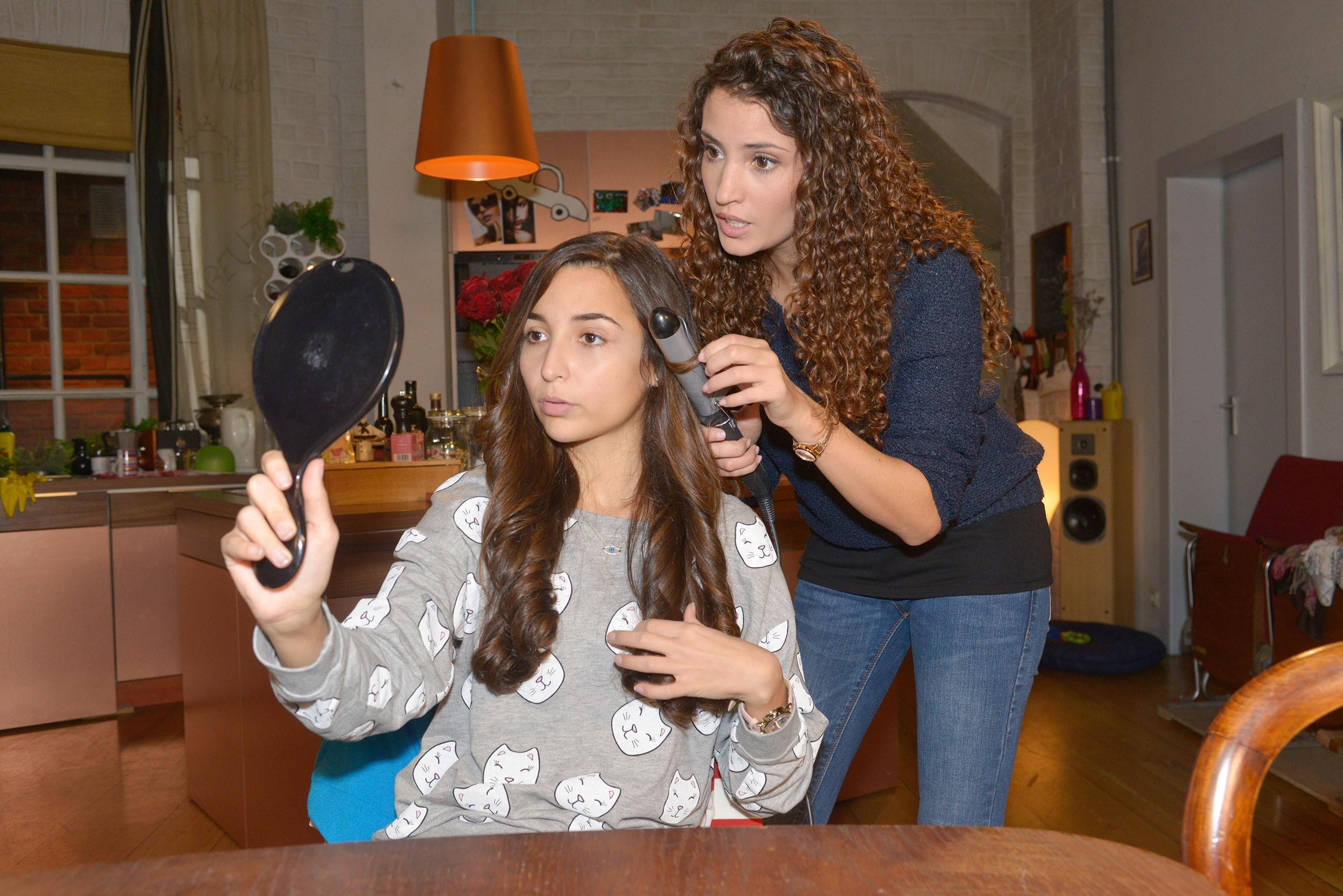 Ayla (Nadine Menz, r.) hilft der nervösen Selma (Rona Özkan), sich für ihr vemeintliches Date mit Jonas zu stylen. (Quelle: RTL / Rolf Baumgartner)