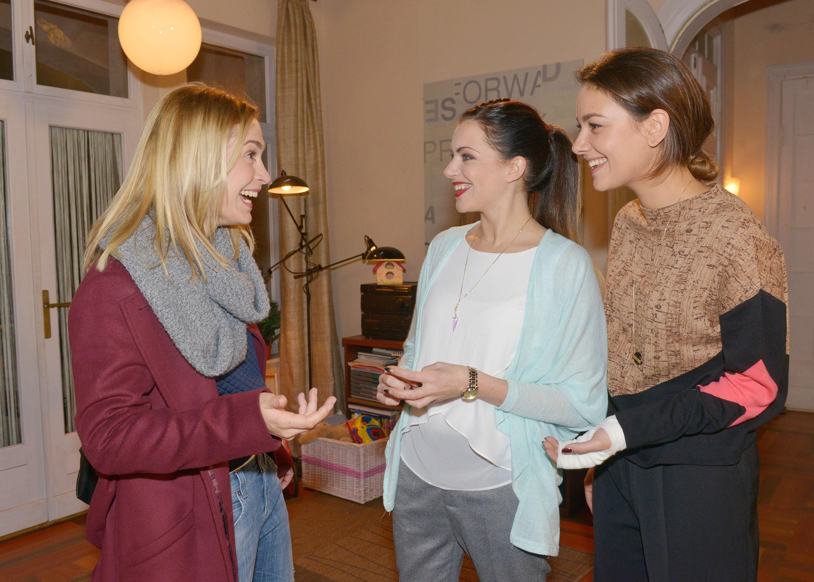 Sophie (Lea Marlen Woitack, l.), Emily (Anne Menden, M.) und Jasmin (Janina Uhse) freuen sich riesig, als Tussi Attack einen lukrativen Folgeauftrag erhält. (Quelle: RTL / Rolf Baumgartner)