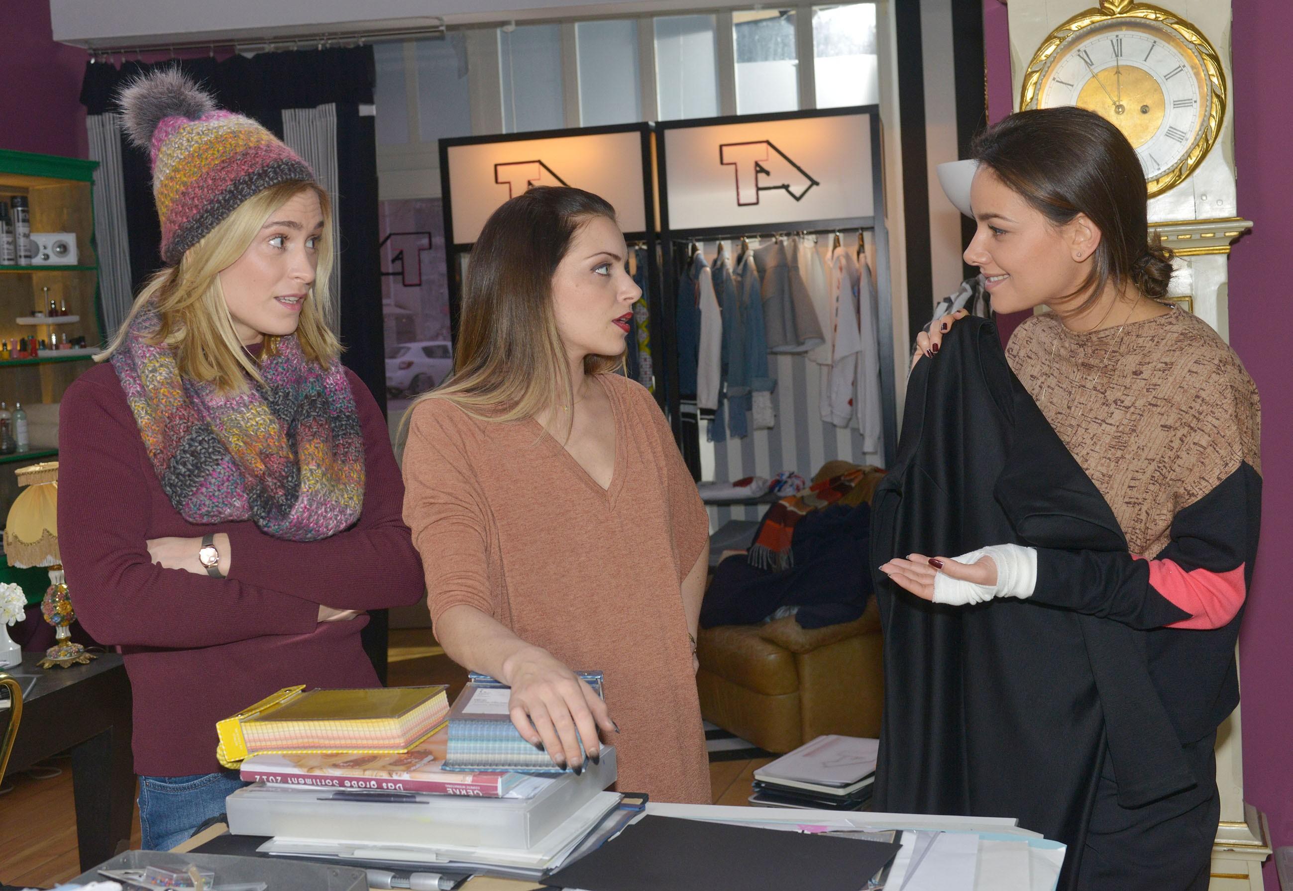 Sophie (Lea Marlen Woitack, l.) und Emily (Anne Menden, M.) sind zwar erleichtert, dass Jasmin (Janina Uhse) sich wieder ins Geschäft hängt und an einer neuen Kollektion arbeitet, doch das Ergebnis überzeugt sie nicht wirklich... (Quelle: RTL / Rolf Baumgartner)