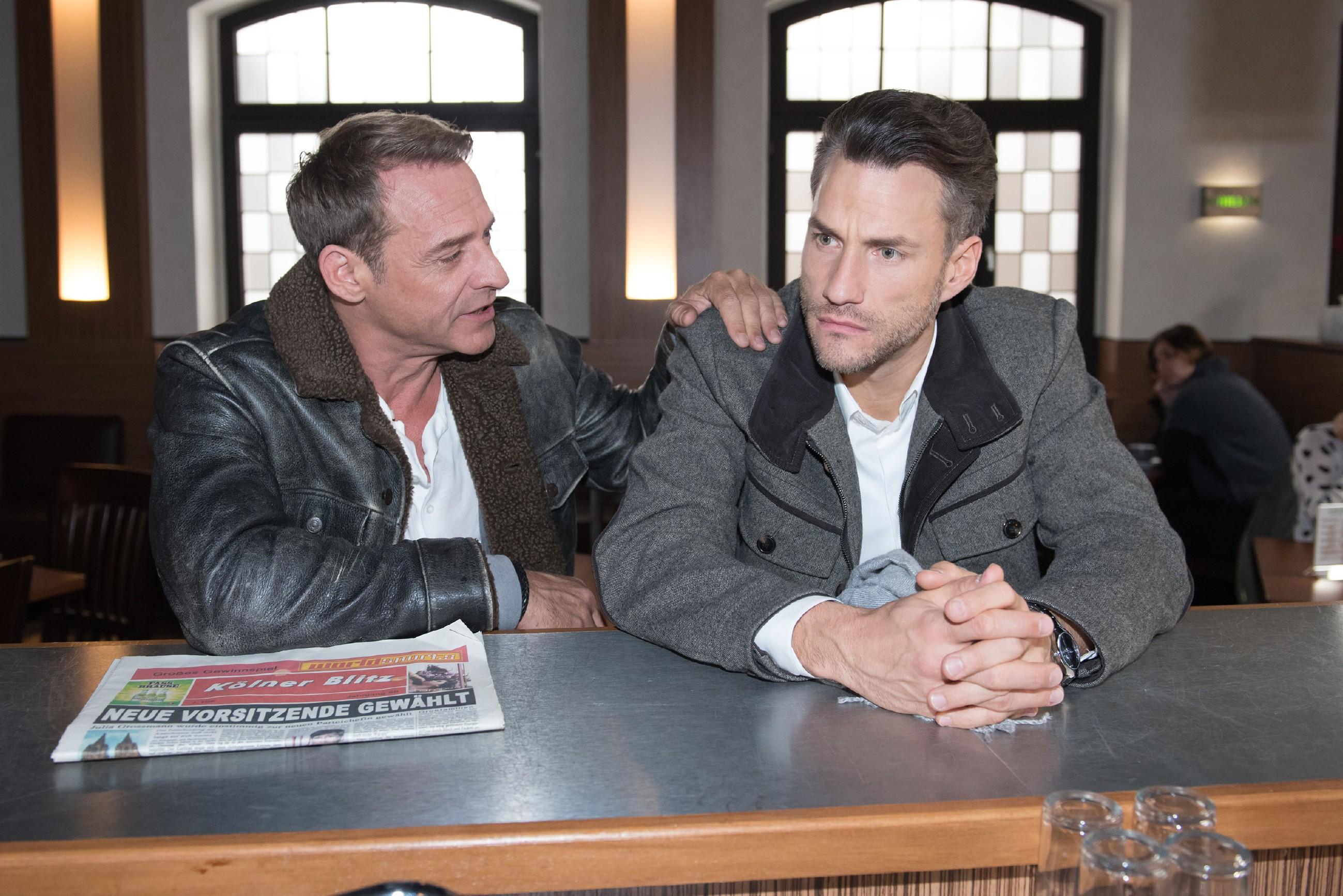 Malte (Stefan Bockelmann, r. ) wird nachdenklich, als Rufus (Kai Noll) ihn fragt, ob er wirklich ernsthaft denkt, dass Caro ihn betrogen hat. (Foto: RTL / Stefan Behrens)