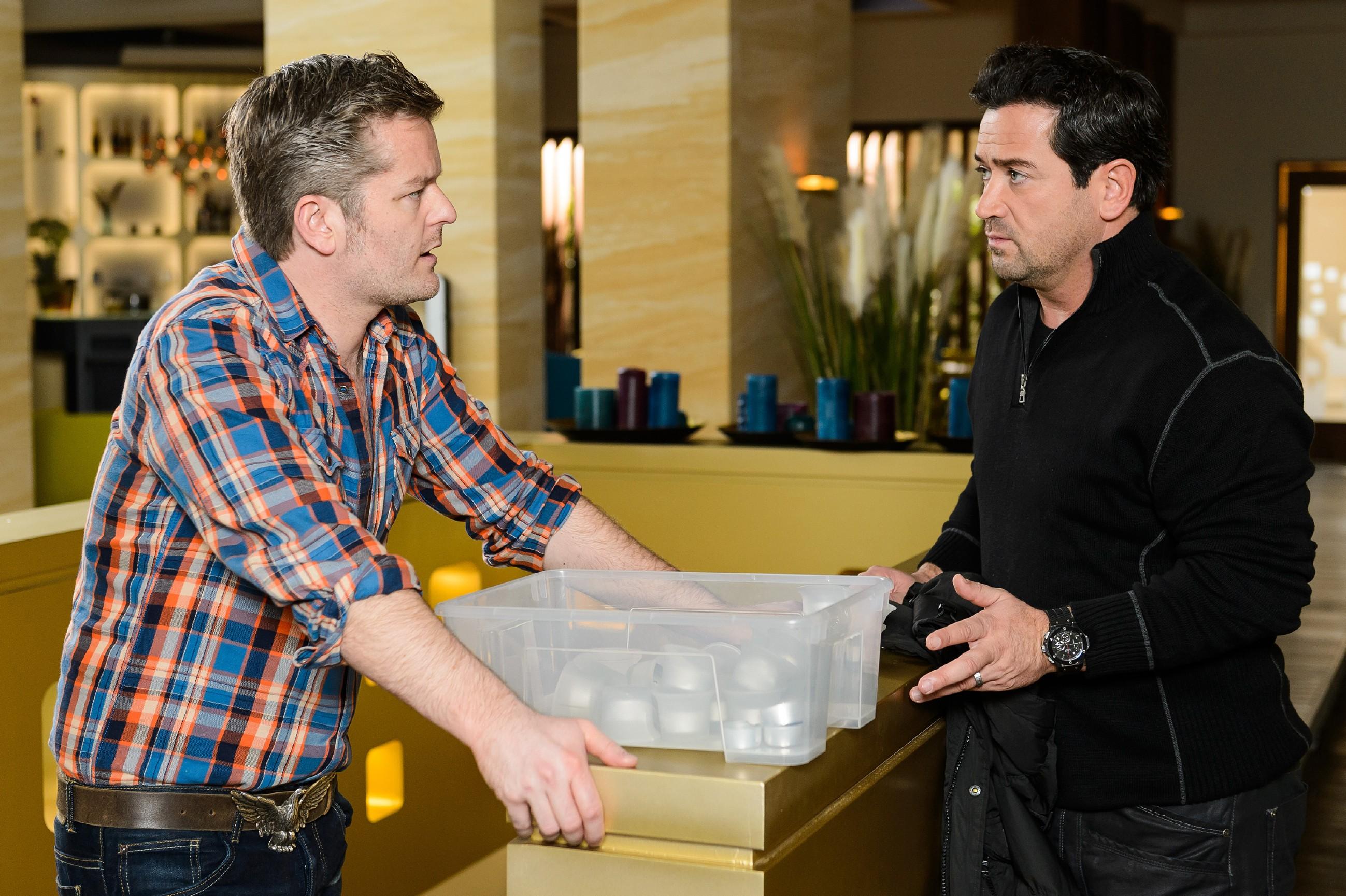 Ingo (André Dietz, l.) vertraut Marian (Sam Eisenstein) seine Angst an, von Bea verlassen zu werden. (Quelle: RTL / Willi Weber)
