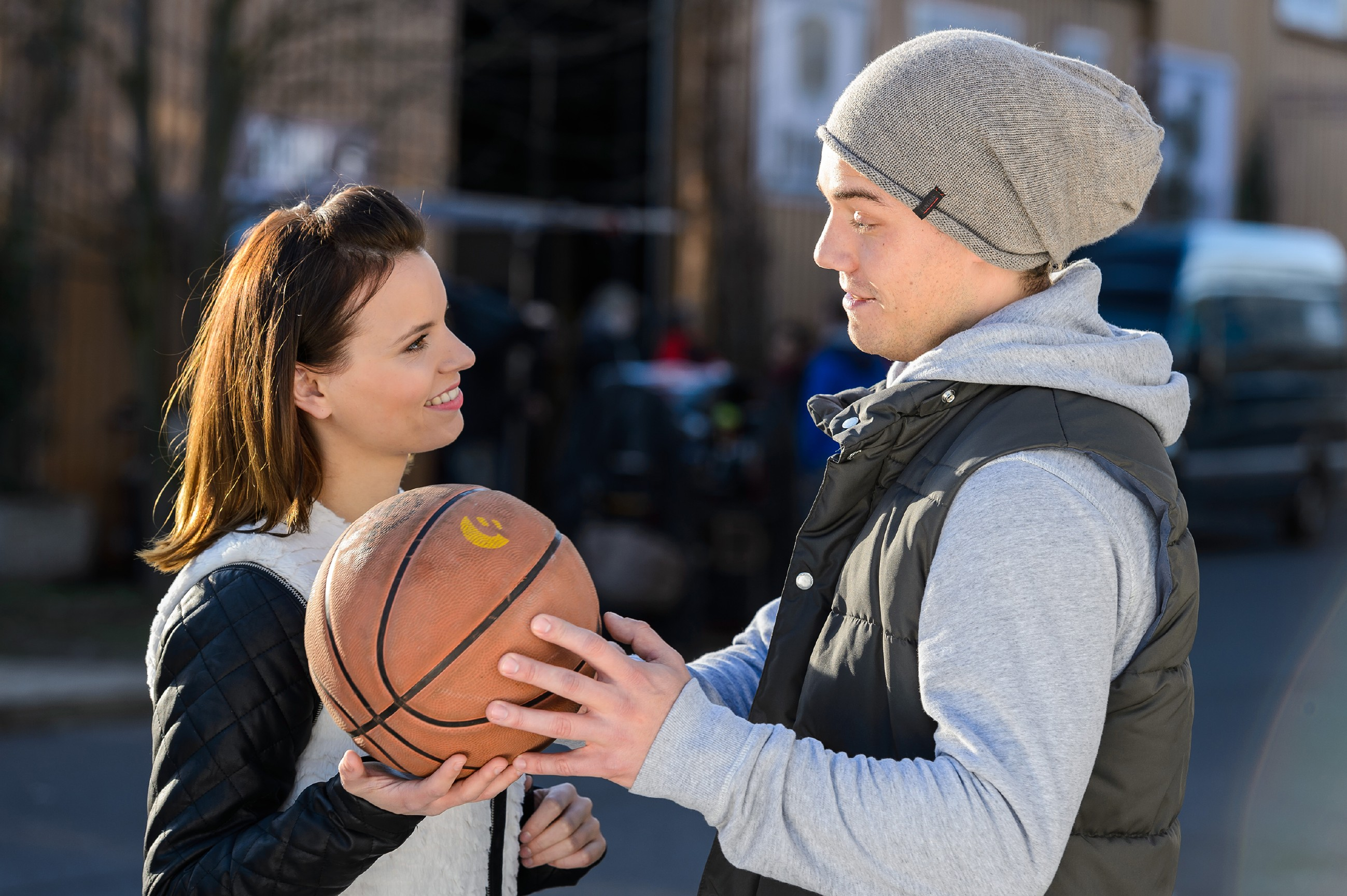 Um sich zu beweisen, dass er ein freier Mann ist, lässt Leo (Julian Bayer) sich auf einen Flirt mit Michelle (Franziska Benz) ein. (Quelle: RTL / Willi Weber)