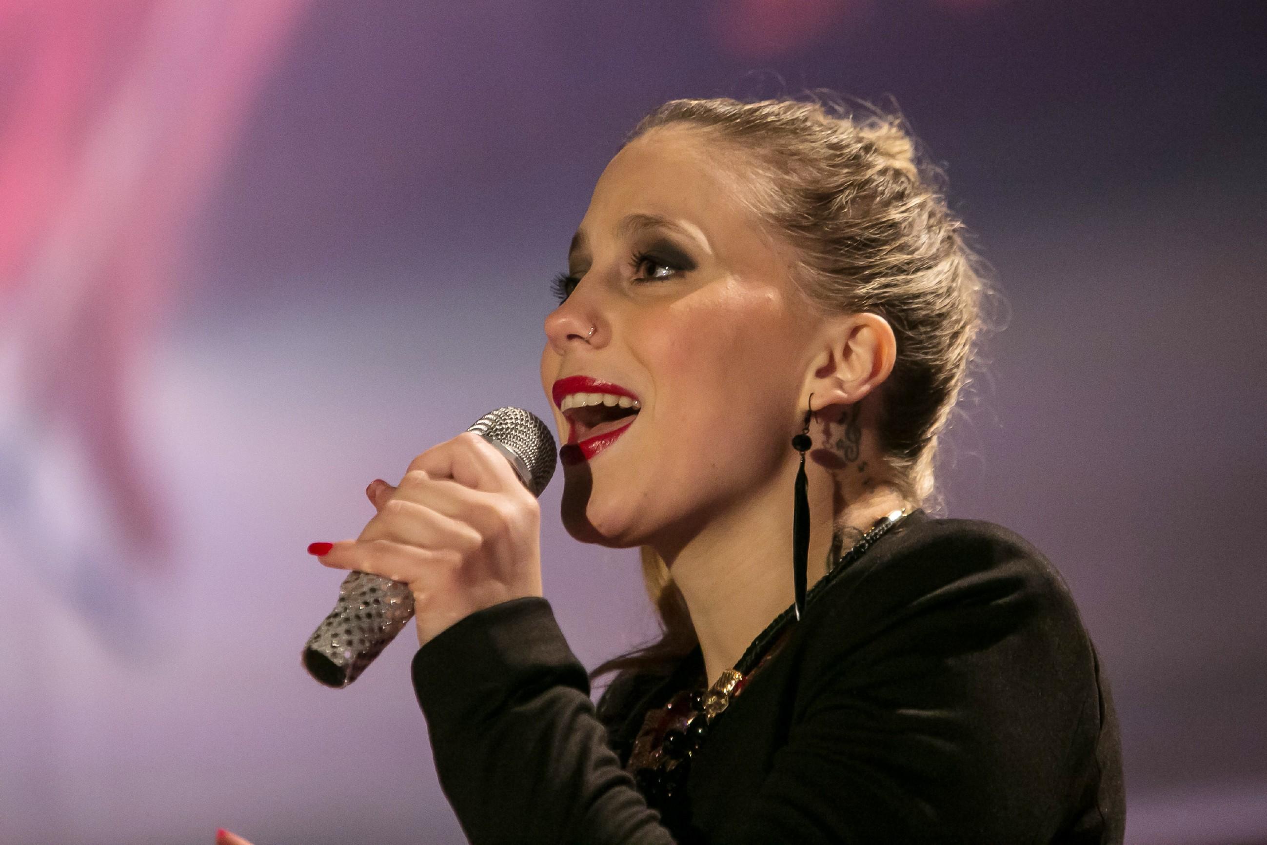 Als Highlight der Eröffnungs-Gala begleitet Iva (Christina Klein) musikalisch Maries atemberaubenden Showlauf. (Quelle: RTL / Kai Schulz)
