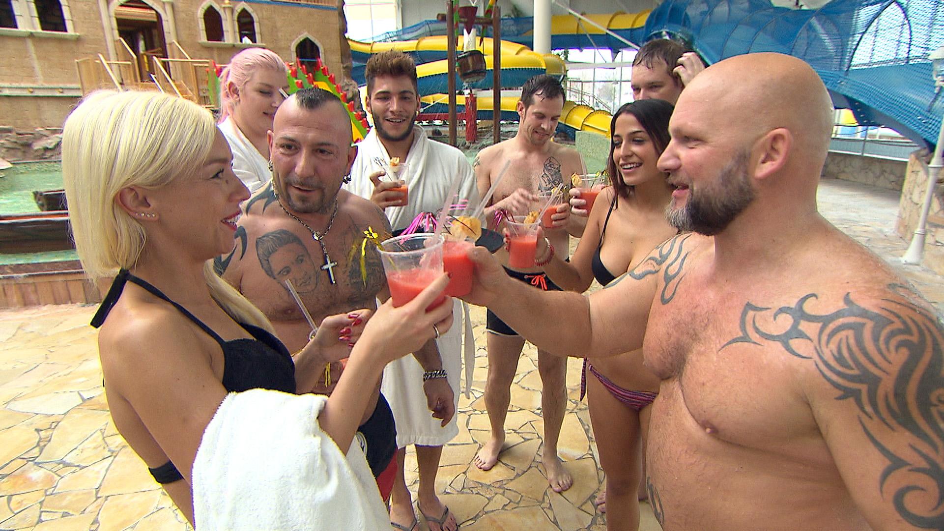 Joe (re.) hat für Peggys (li.) Geburtstag einen ganzen Tag lang ein Wellnessbad gemietet. Dort wollen sie mit ihren Freunden feiern. (Quelle: RTL 2)