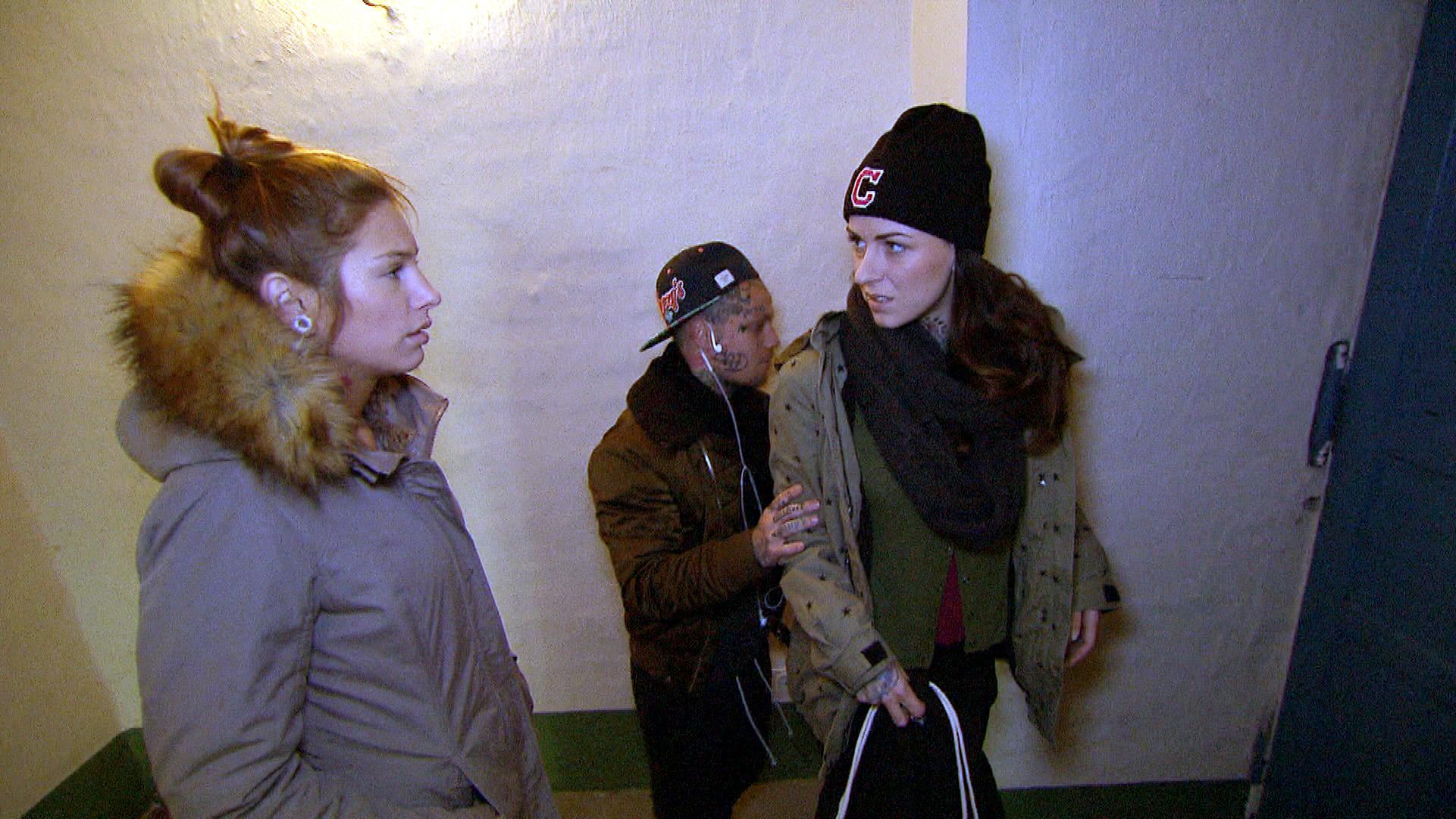 Milla (li.) befürchtet, Caros (re.) Freundschaft erneut zu verlieren, wenn sie sich weiter für Leon einsetzt. (Foto, Mitte: Niklas) (Quelle: RTL 2)