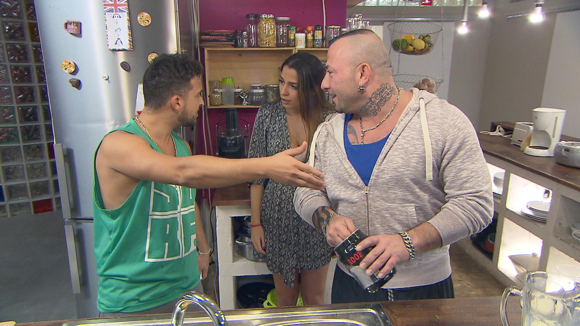 Bereits beim Frühstück gibt es wieder Ärger zwischen Fabrizio (re.) und Toto (li.) - kann Alessia zwischen den beiden vermitteln? (Quelle: RTL 2)