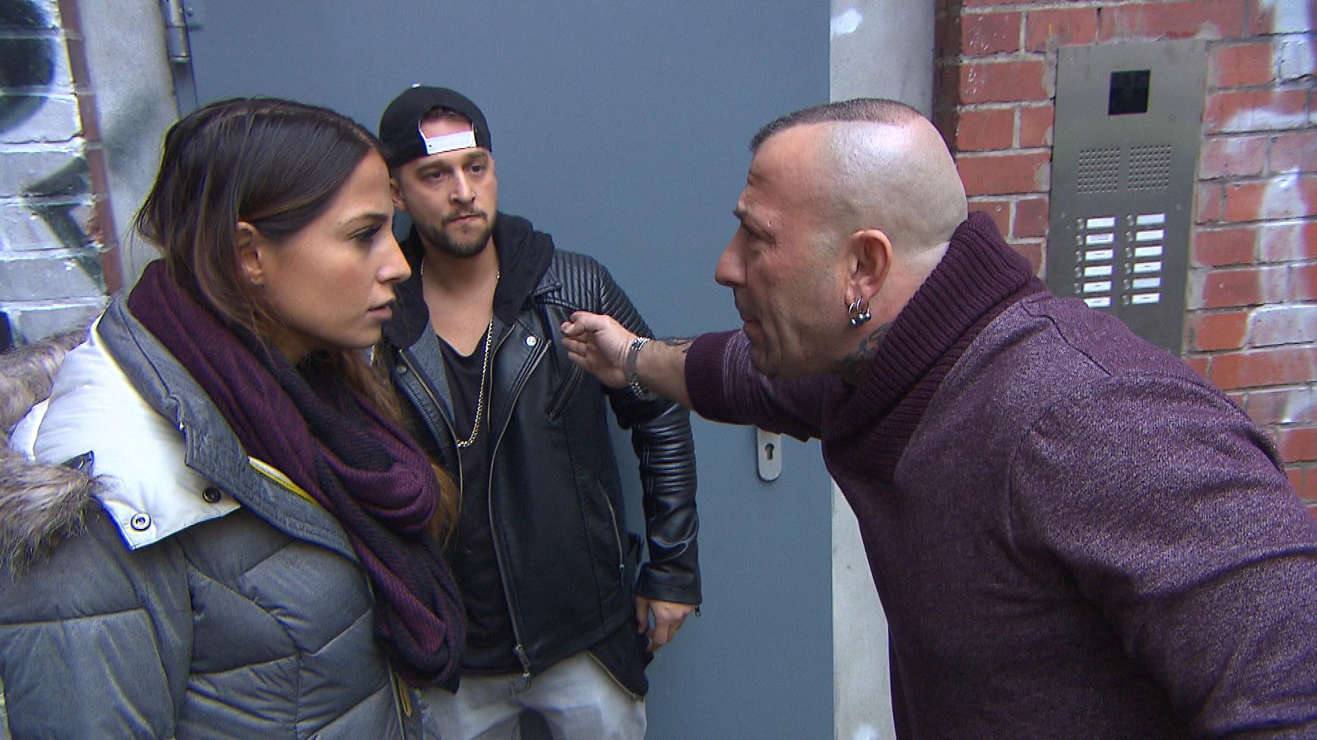 Als Fabrizio herausfindet, dass Toto in die WG-Kasse gegriffen und Alessia ihn gedeckt hat, stellt er Alessia vor die Wahl: Entweder sie wirft Toto raus und bricht den Kontakt zu ihm ab oder ihre Beziehung hat keine Zukunft (Quelle: RTL 2)