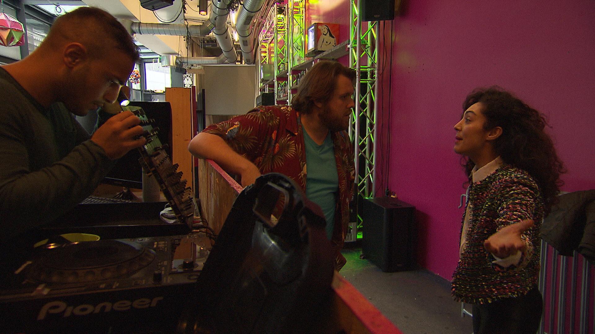 Jan stellt frustriert fest, dass das Mischpult in der Kunstbar kaputt ist. Er gerät mit Joleen deswegen heftig aneinander und sucht krampfhaft nach einer Lösung. (Quelle: RTL 2)