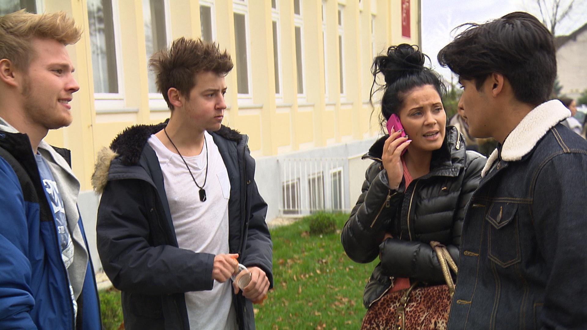 Yanick und seine Kumpels sind begeistert, als Yvonne ihnen einen bezahlten Videodreh anbietet. Doch dann fällt Yanick ein, dass er seine Sozialstunden abstottern muss und nicht dabei sein kann. (Quelle: RTL 2)