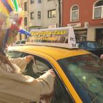 Felix und Cem erklären sich bereit, Jans Handy und das Portemonnaie aus dessen Taxi zu holen. Frustriert wird ihnen klar, dass das jedoch nicht so einfach wird, denn die beiden haben Jans Autoschlüssel vergessen. Kurzerhand beschließen sie, das Taxi aufzubrechen. (Quelle: RTL 2)