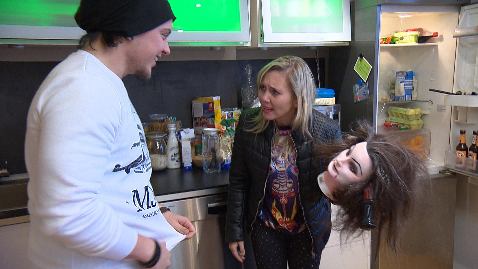 Erst als sogar Michelle findet, dass seine Eifersucht auf Chris zu weit geht, kommt er ins Grübeln. Kevin beschließt, Chantal gute Laune zu bereiten. Leider kann sie sich weder für die Frisierpuppe als Horrormaske begeistern, noch für angebranntes Mittagessen. (Quelle: RTL 2)