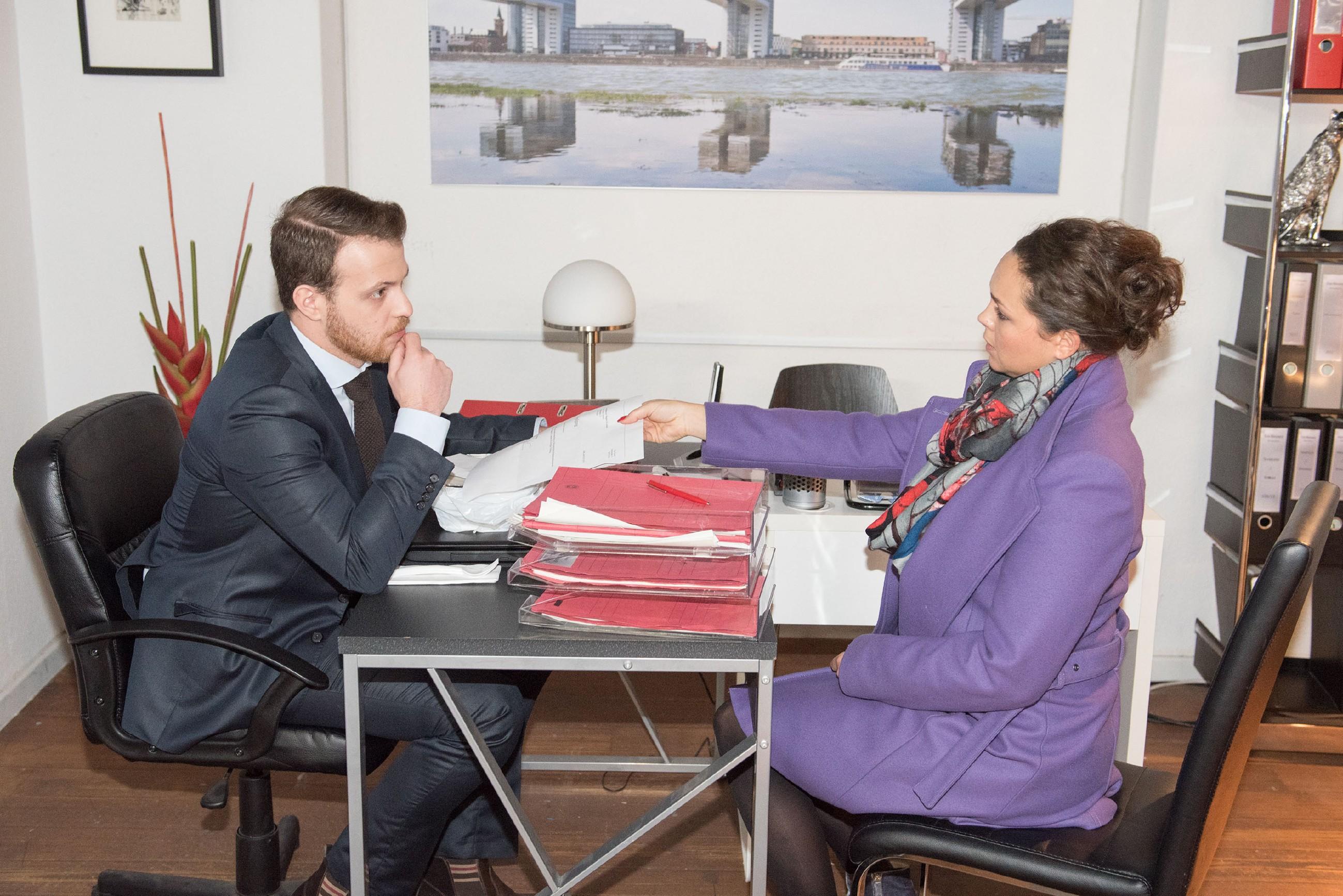 Tobias (Patrick Müller) ist völlig überrascht, als Caro (Ines Kurenbach) kündigt, um seinen Aufstieg in der Kanzlei zu retten. (Quelle: RTL / Stefan Behrens)